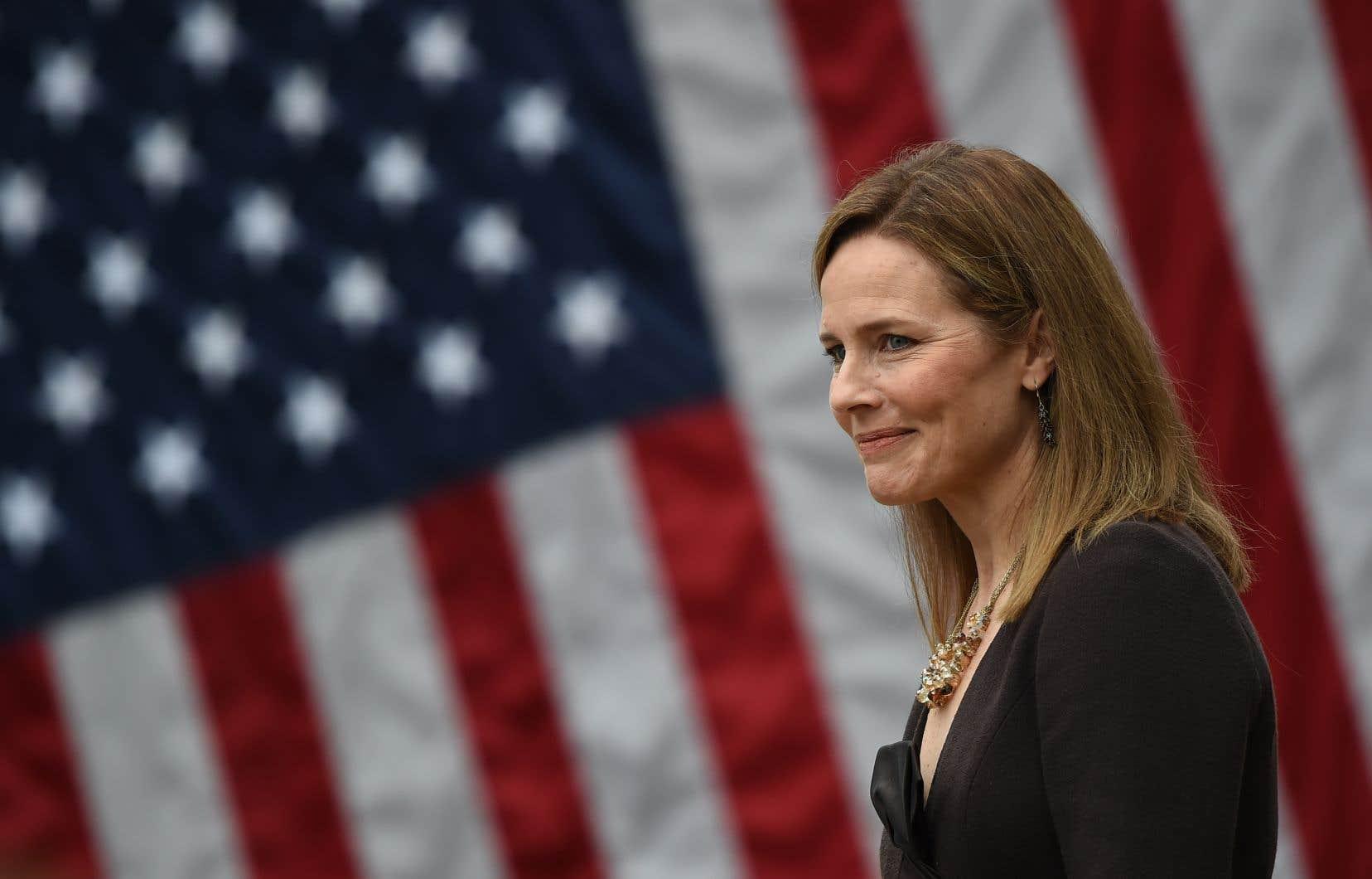 La juge Amy Coney Barrett doit maintenant prêter serment à la Maison-Blanche.
