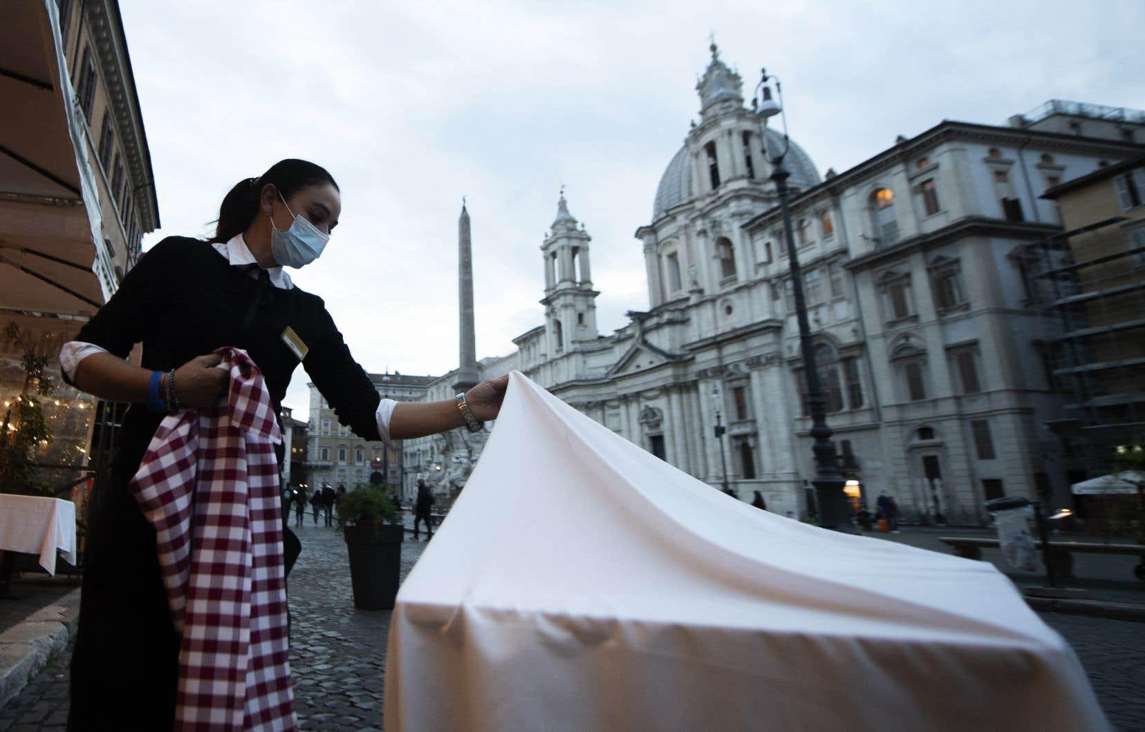 Le premier ministre italien, Giuseppe Conte, a décidé de fermer les restaurants et les bars à partir de 18h.