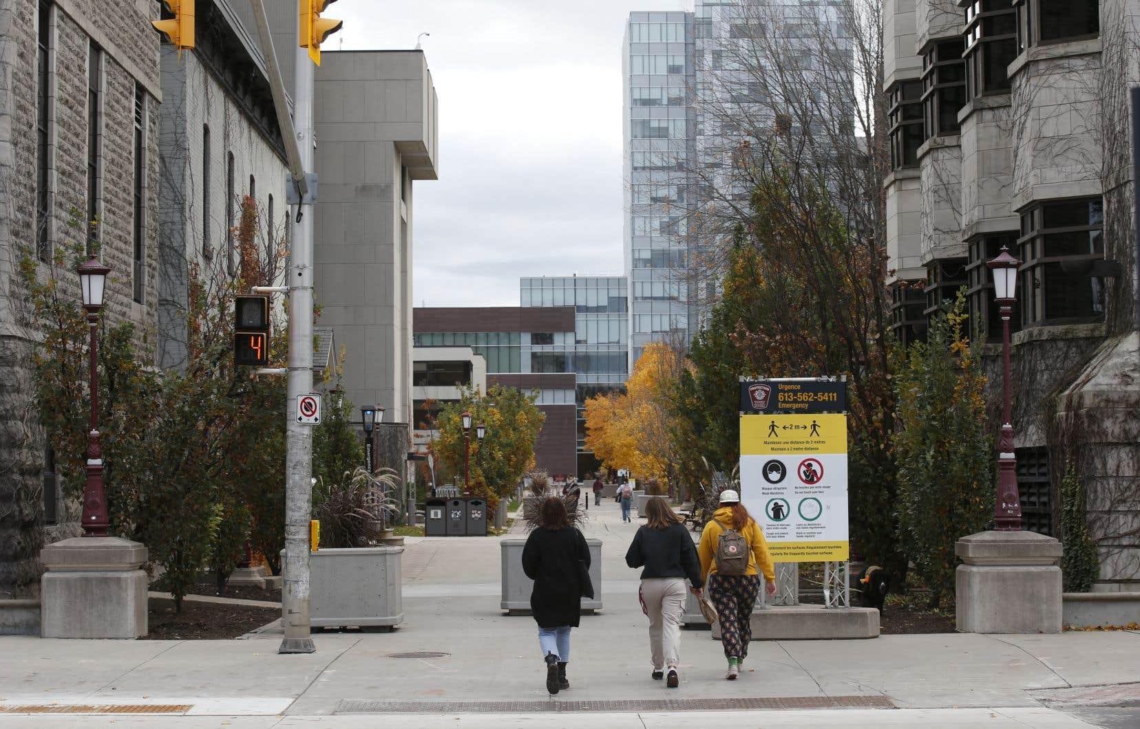Les sept professeurs affirment que pour eux, un tel climat, qu'ils qualifient de nouveau désordre liberticide, est du jamais vu sur le campus de l'Université d'Ottawa.