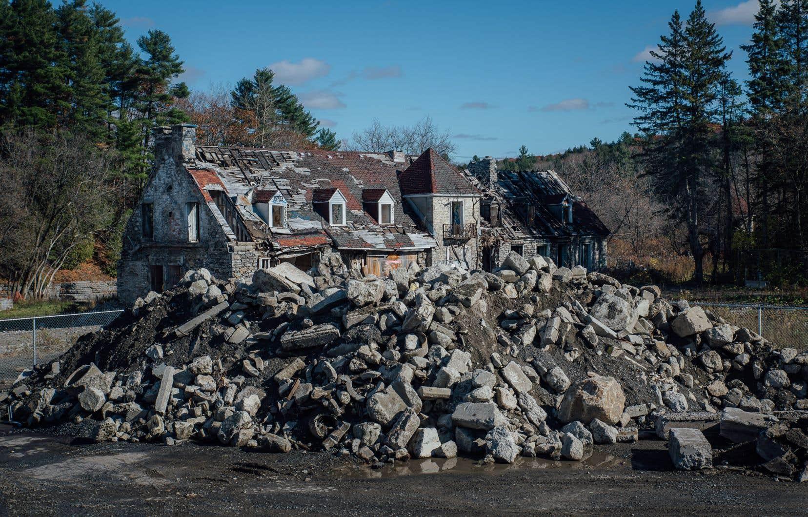 Le site comporte trois bâtiments historiques principaux: le manoir (sur cette photo), la maison du meunier et un moulin. Après avoir été touché par plusieurs incendies, le lieu est aujourd'hui dans un piteux état.