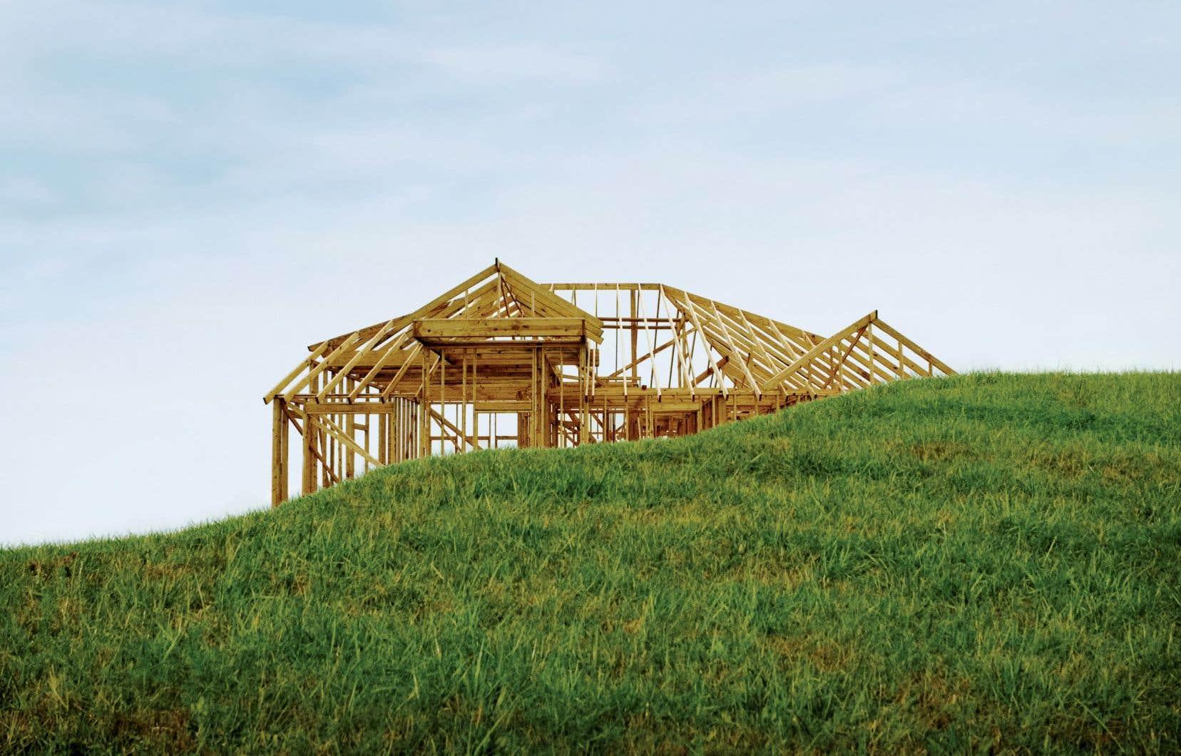 Malgré une reprise des mises en chantier après le confinement du printemps, l'offre immobilière résidentielle au Québec des propriétés neuves, comme celles du marché de la revente, demeure moins élevée que la demande.
