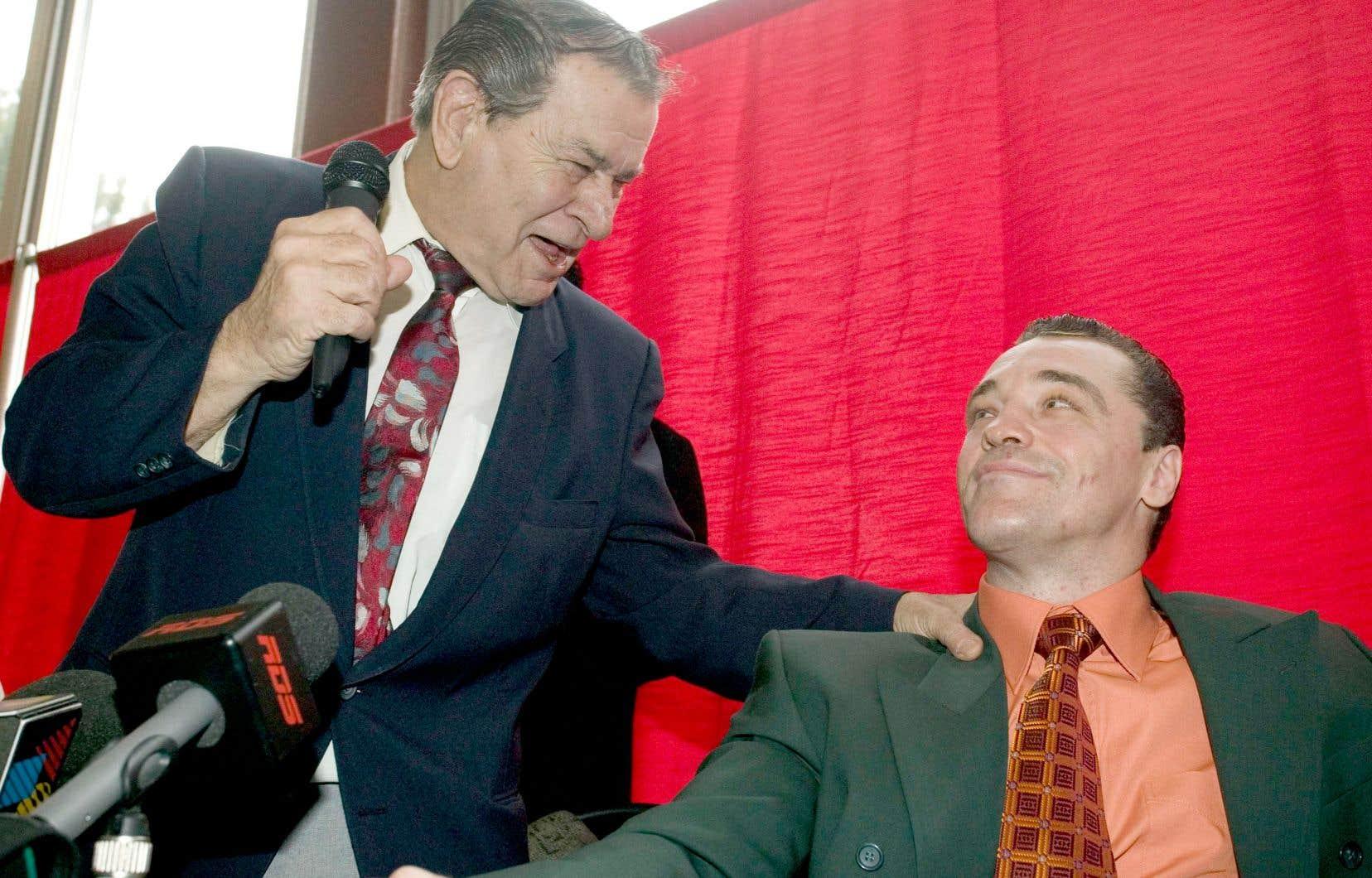 Régis Lévesque (à gauche) aux côtés de l'ancien boxeur Dave Hilton, lors d'une conférence de presse en 2007, à Montréal, annonçant le retour du pugiliste dans un combat contre Adam Green.
