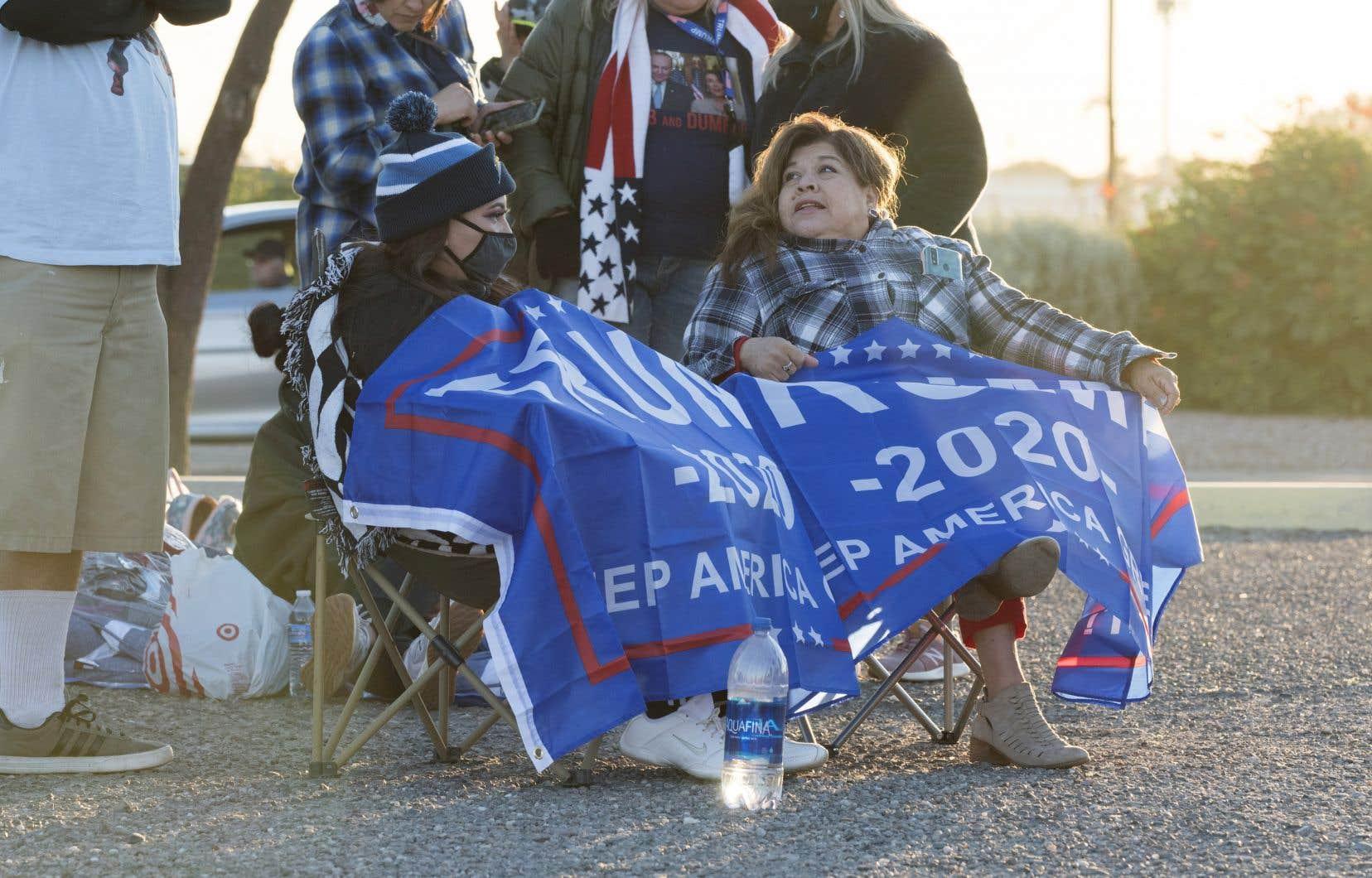 Des partisans attendent le président Donald Trump à Goodyear,dans la banlieue de Phoenix.