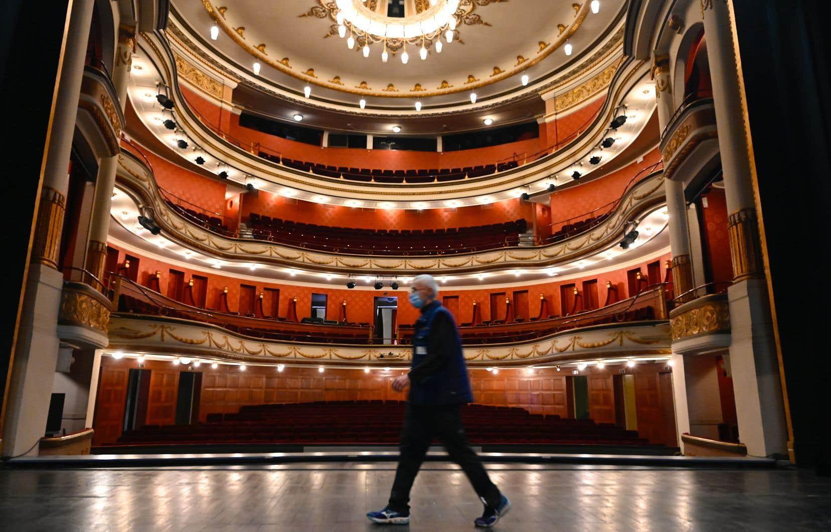 Les commerces jugés non essentiels devront fermer jusqu'en décembre, tout comme les salles de cinéma et de spectacle.