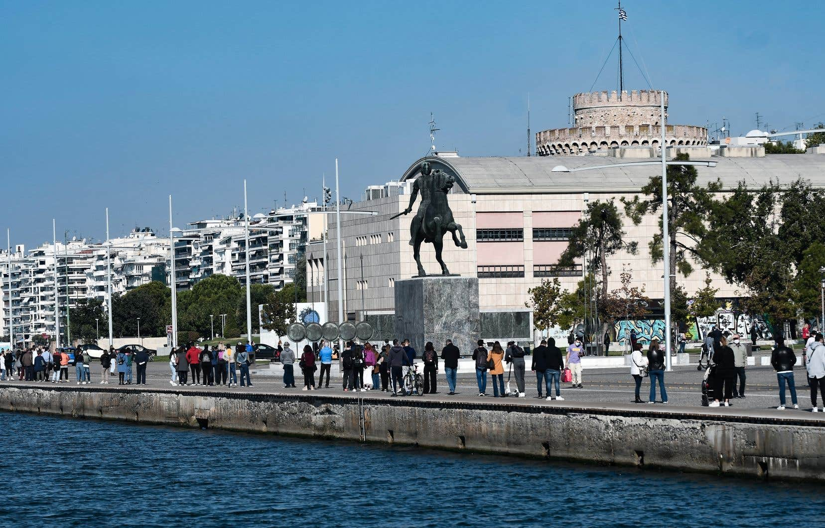 Des gens faisaient la file, jeudi, pour se soumettre au test de dépistage rapide de la COVID-19 à Thessalonique, en Grèce.