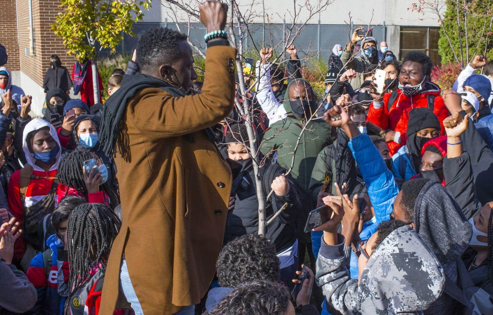 Le militant Jean-Claude Aimé Kumuyange encourage les jeunes à dénoncer les injustices devant l'école Henri-Bourassa, à Montréal-Nord.