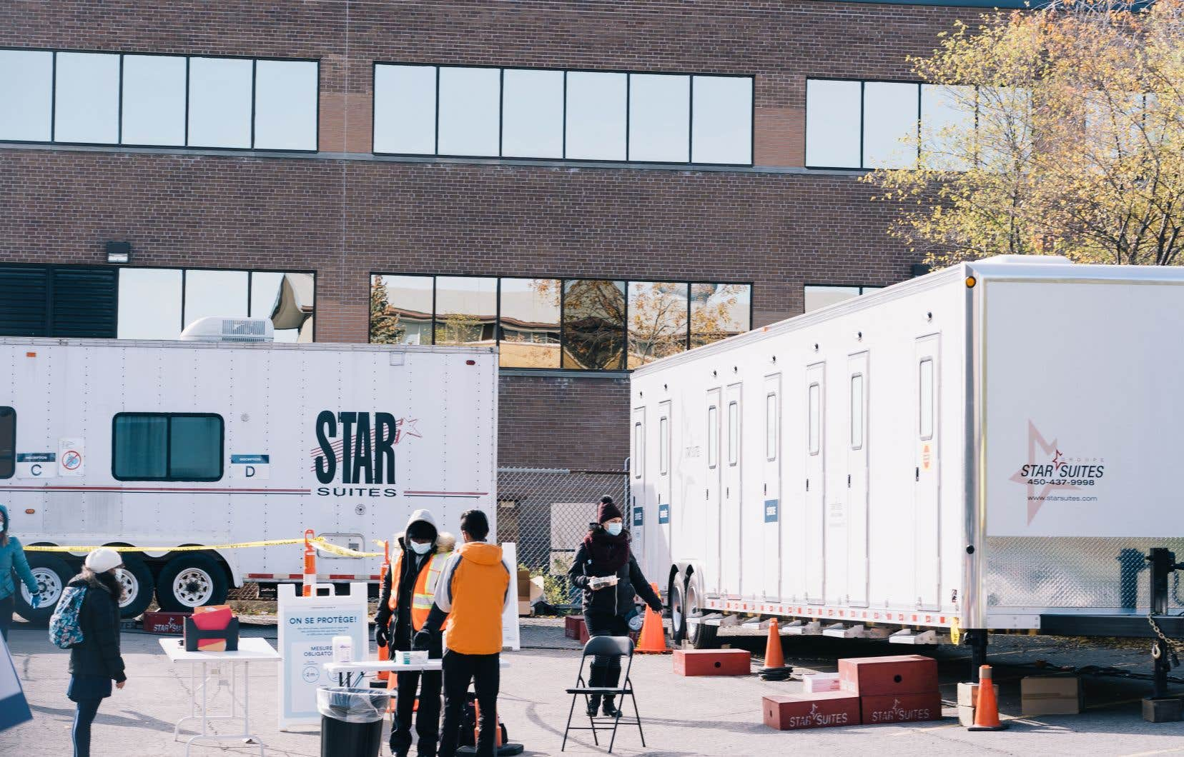 Une clinique mobile de dépistage de la COVID-19 s'est établie vendredi dans la cour de l'école Lucien-Pagé, dans le quartier Parc-Extension à Montréal.