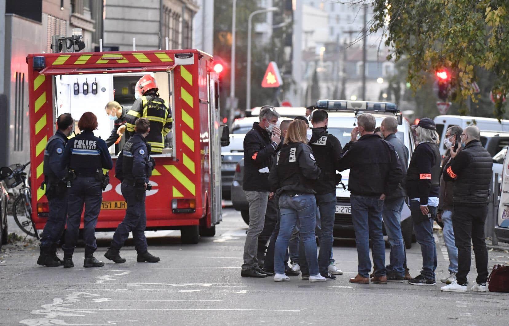 À l'arrière du lieu de culte, un camion de pompiers pour assurer un poste de commandement était visible, tandis que des militaires assuraient un périmètre de sécurité.