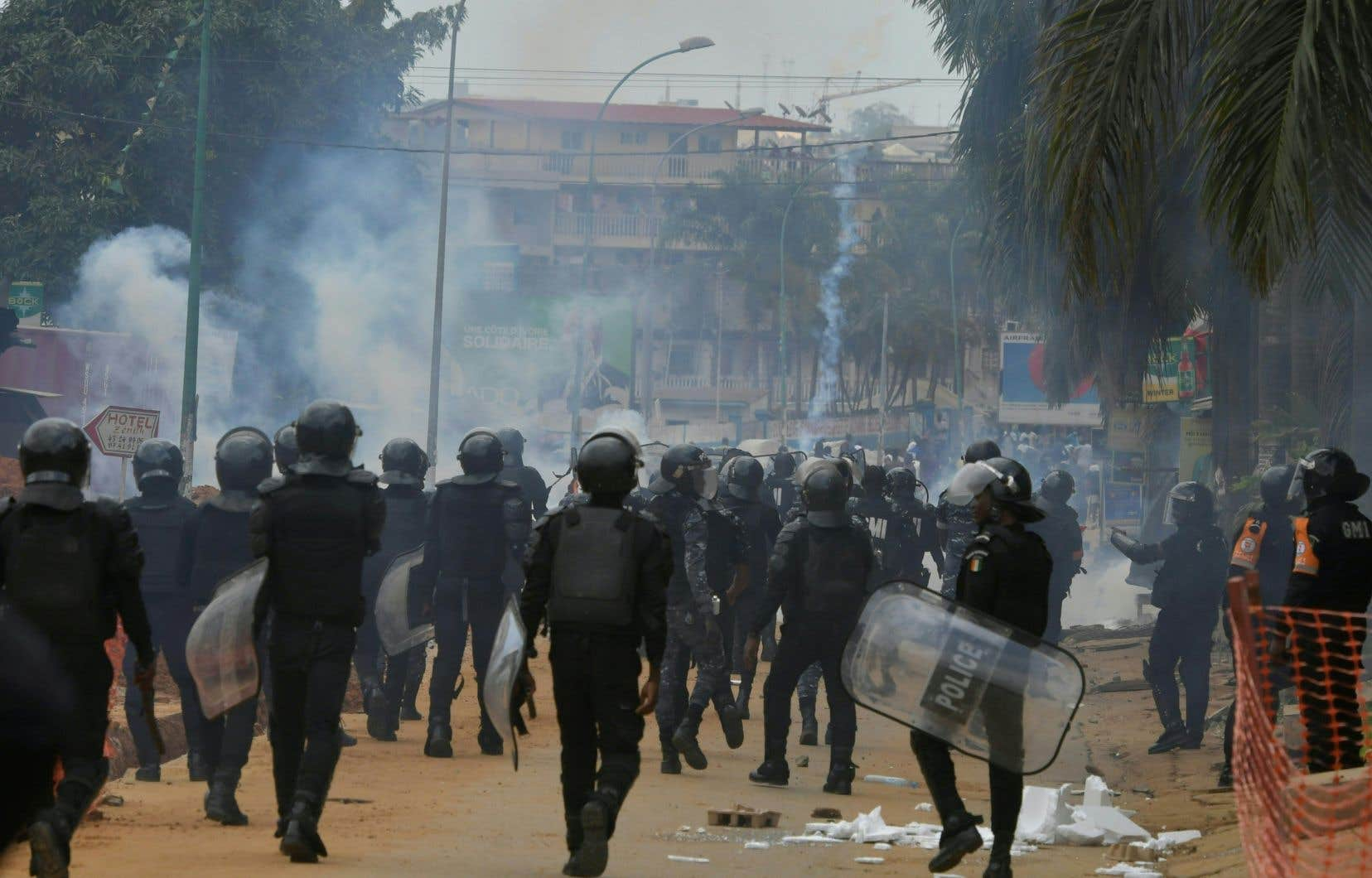 Dans le quartier de Blockhauss, à Abidjan, vers midi, plusieurs centaines de jeunes, qui ont empêché l'ouverture de bureaux de vote, ont affronté des policiers qui faisaient usage de gaz lacrymogène.