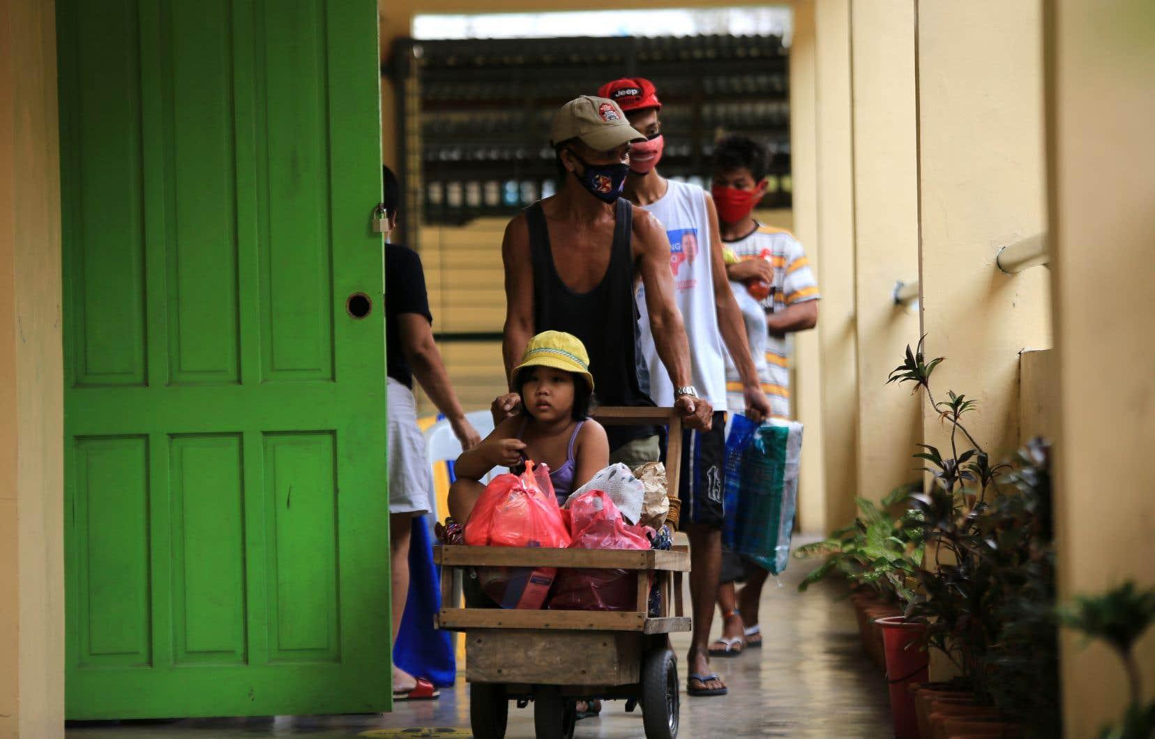 Les établissements scolaires vides depuis le début de l'épidémie de COVID-19 servent de centres d'hébergement d'urgence pour les personnes évacuées.