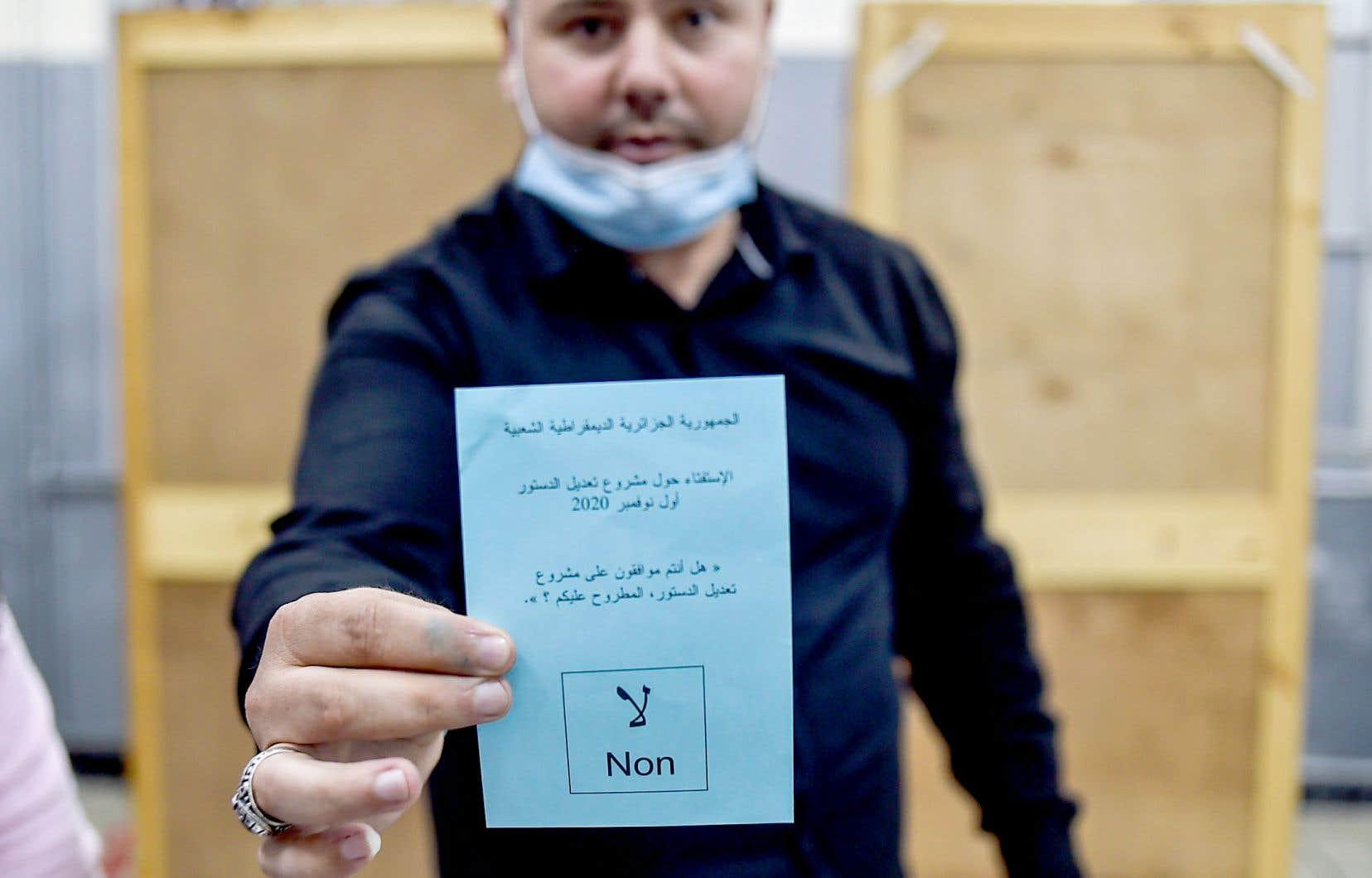 Un bulletin de vote lors du comptage, dimanche. Ce référendum représente un désaveu humiliant pour l'instigateur de la révision constitutionnelle, le président Abdelmadjid Tebboune.