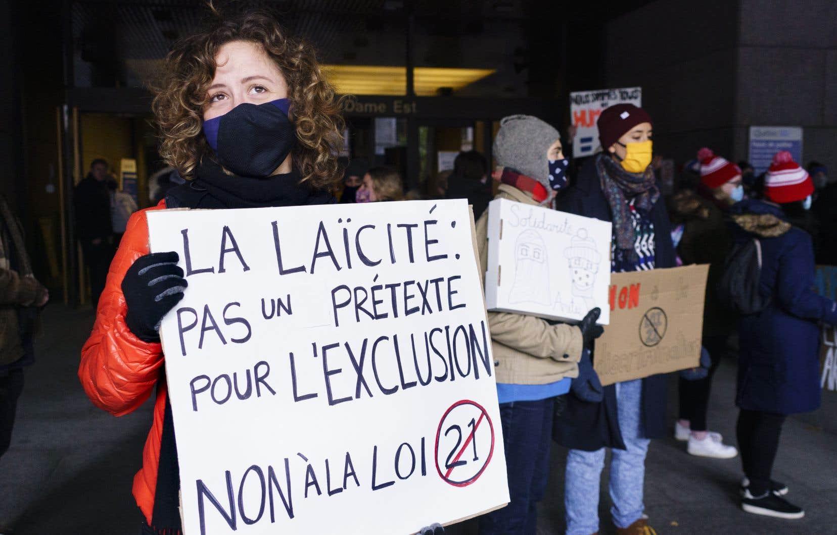 Lundi, quelques dizaines de personnes ont manifesté leur opposition à la Loi sur la laïcité de l'État devant le palais de justice de Montréal.