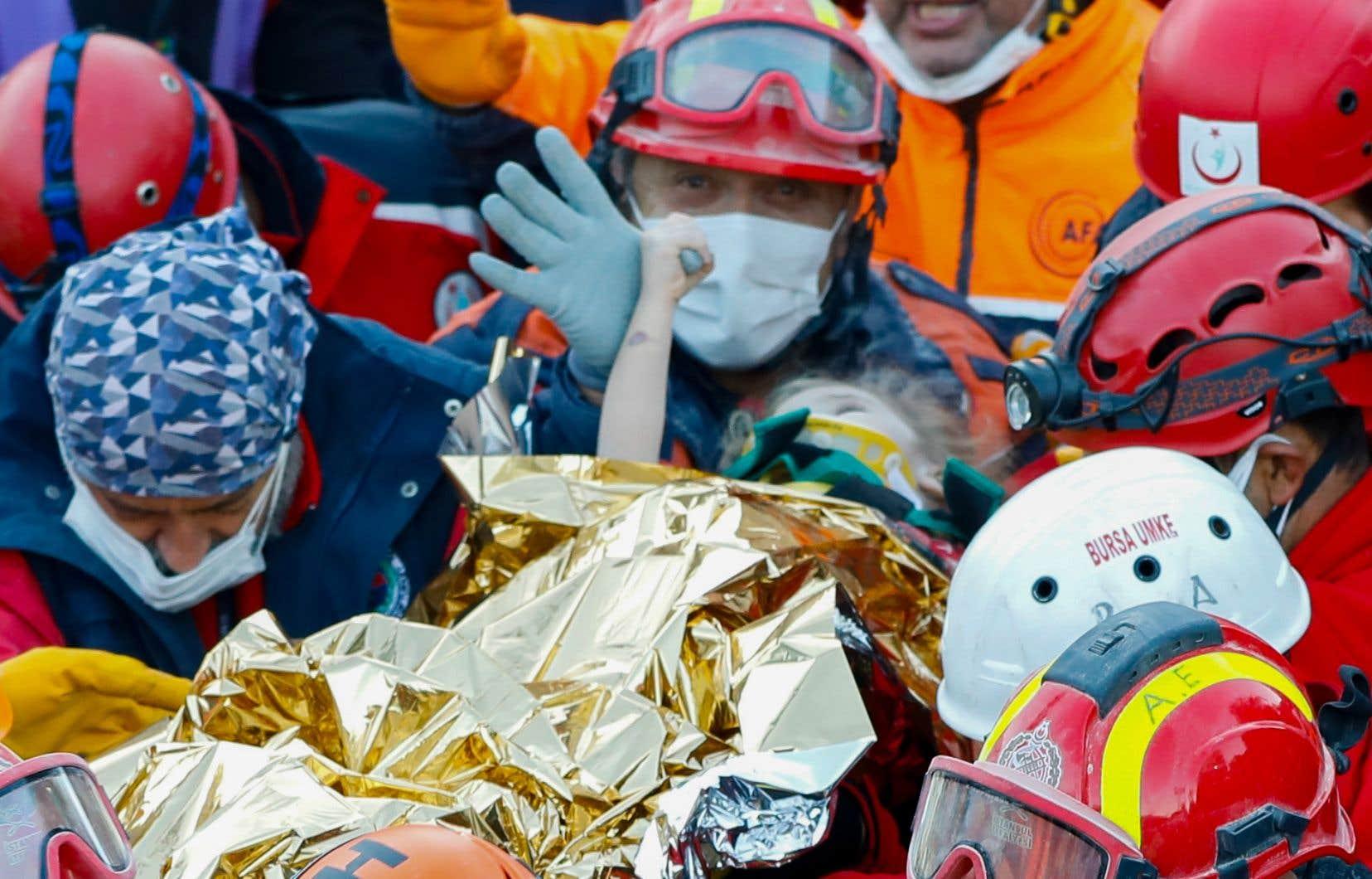 Une fillette de trois ans, Elif Perincek, enfouie sous les décombres d'un immeuble dans le district de Bayrakli, a été secourue 65 heures après le tremblement de terre et transportée à l'hôpital.