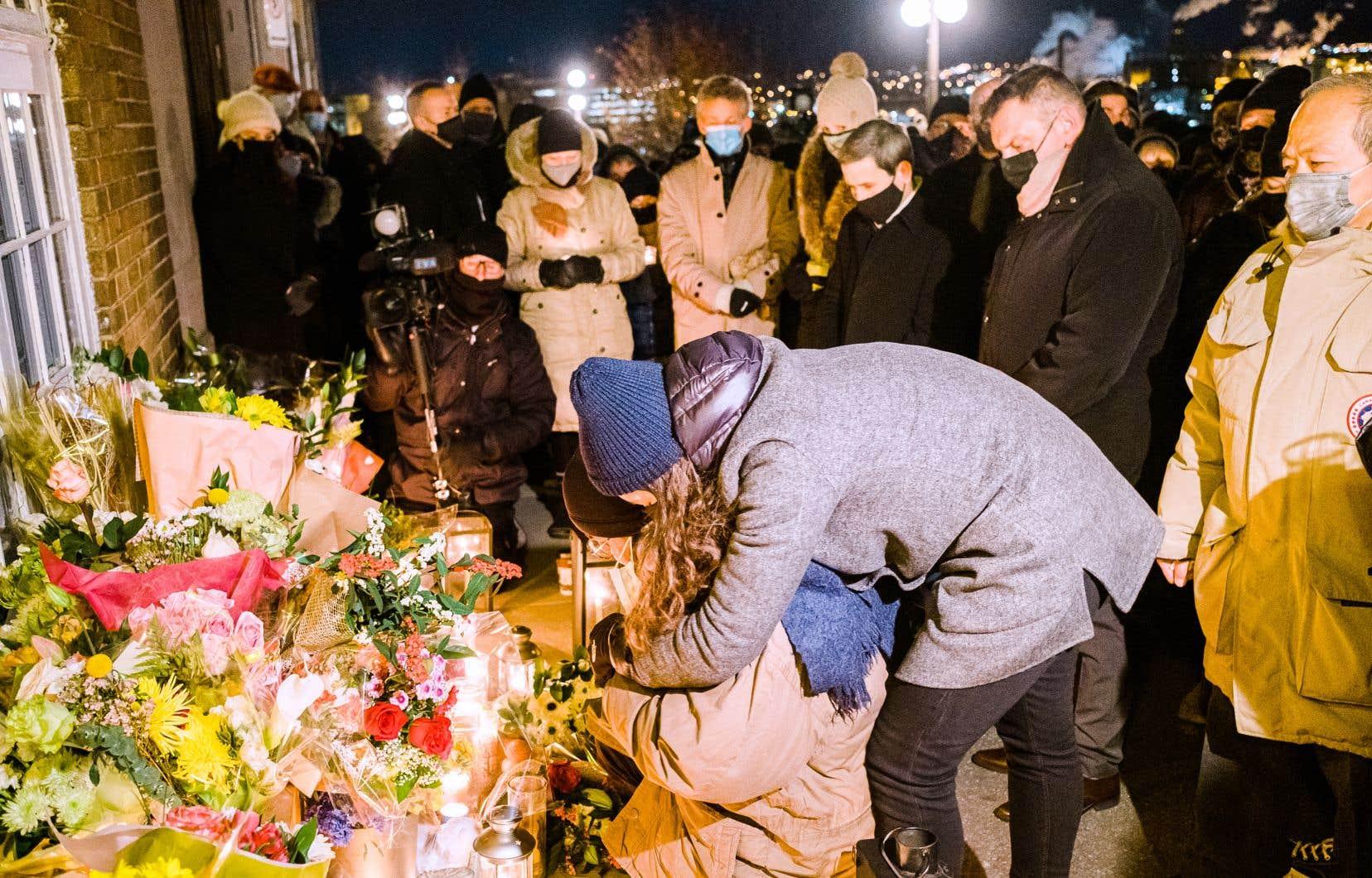 Julien Fortin, fils du conjoint de Suzanne Clermont, fait écouter un mot enregistré par son père et allume une chandelle lors de la vigie à la mémoire d'une des victimes de l'attaque.