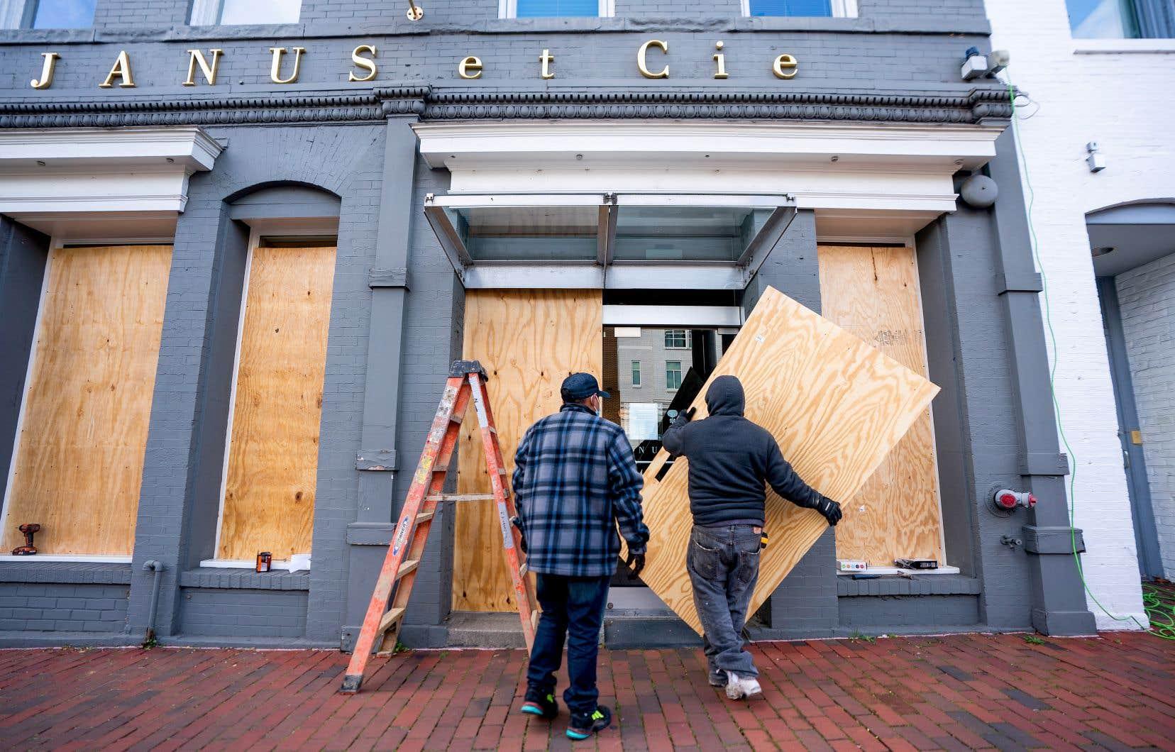 Craignant d'être victimes de vandalisme mardi soir, de nombreux commerçants de Washington ont protégé leur magasin.