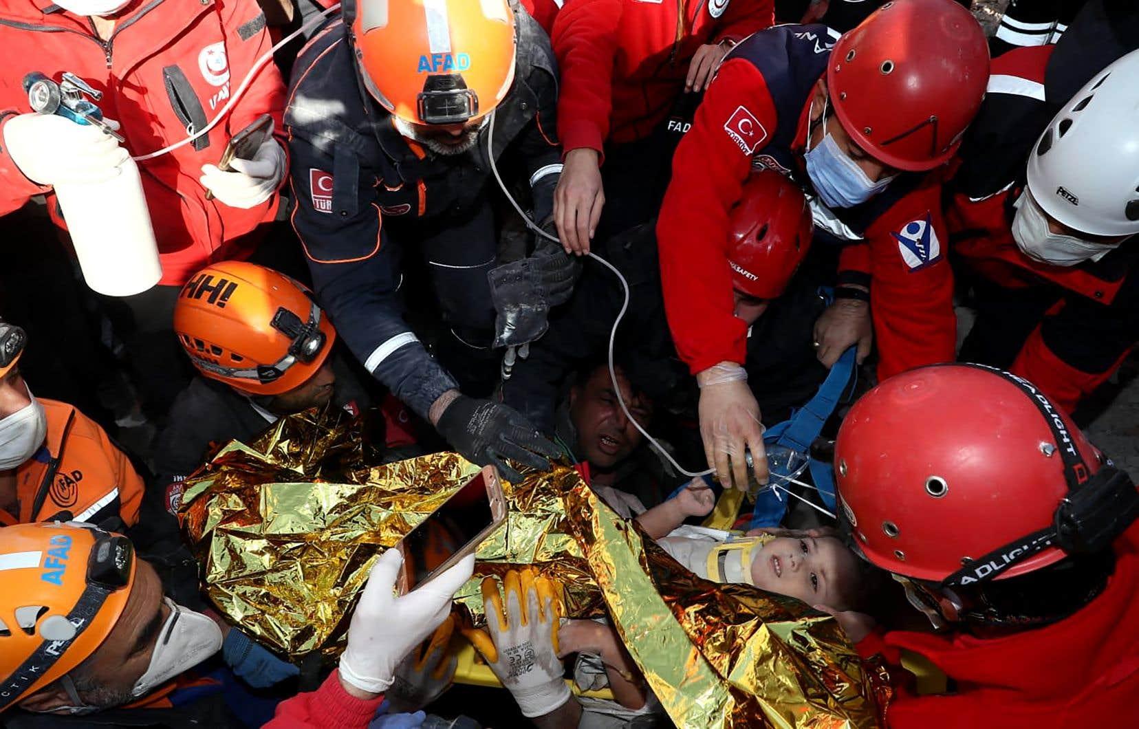 <p>Ayda Gezgin, âgée de trois ans, a été extirpée des ruines d'un immeuble qui s'était effondré dans le district de Bayrakli de la province d'Izmir durement frappé par le tremblement de terre de vendredi.</p>