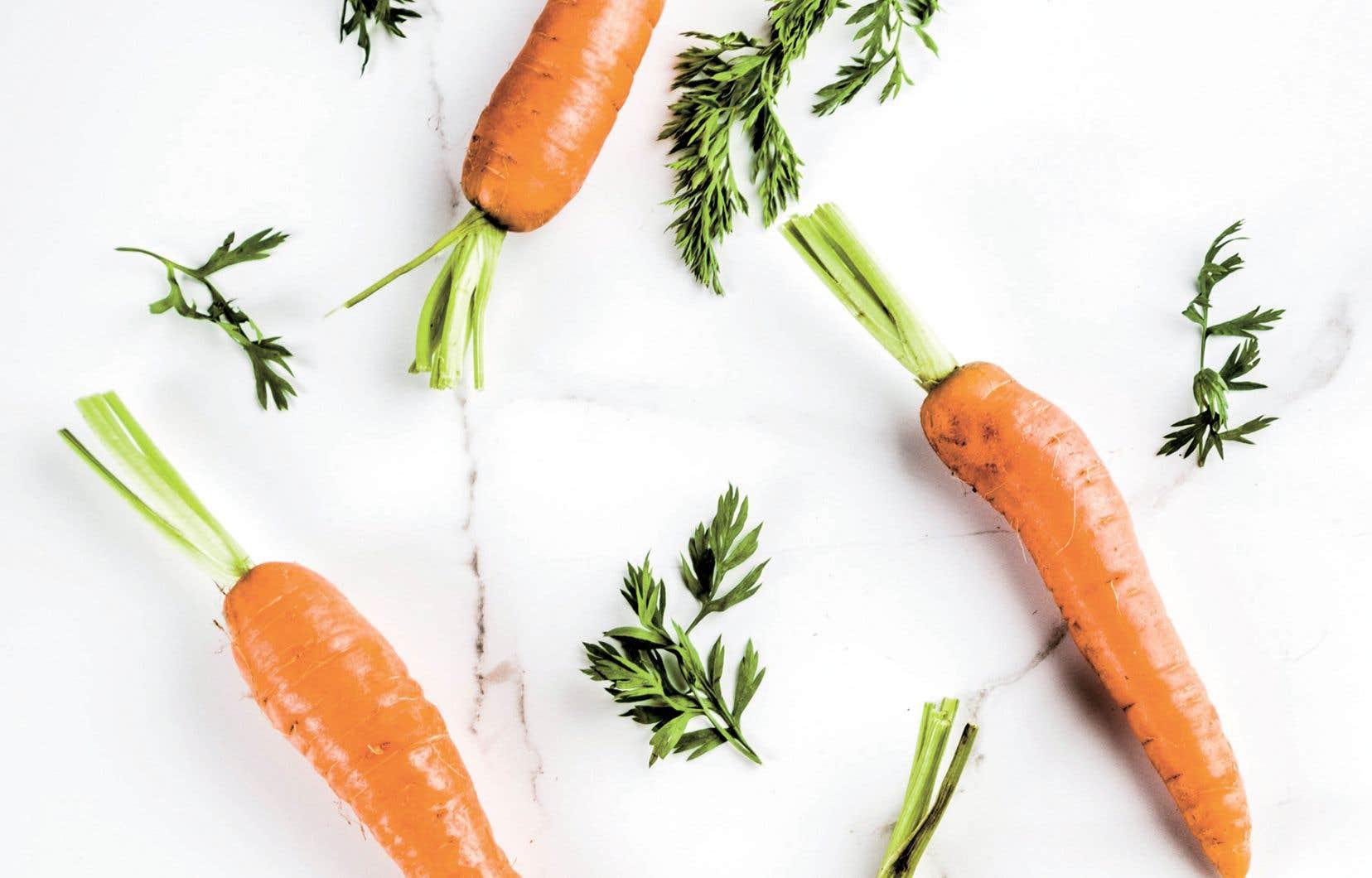 La meilleure façon de mettre les carottes en valeur quand elles sont à leur sommet de saveur, c'est de les rôtir entières dans un four très chaud.