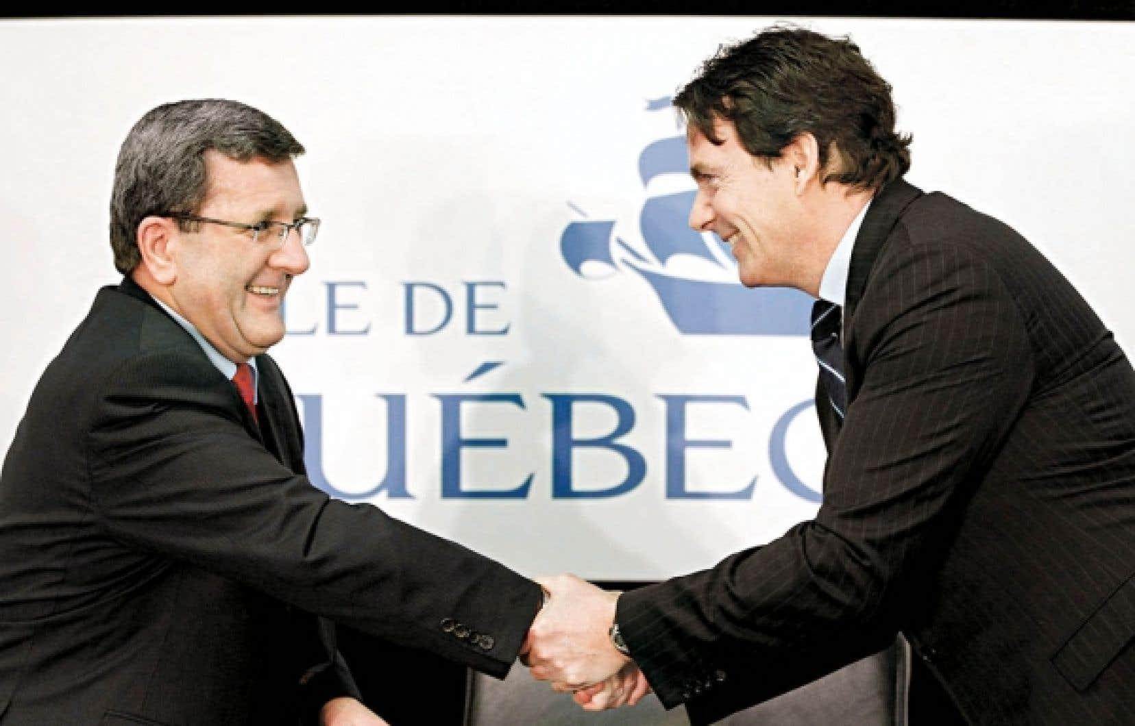 Le maire de Qu&eacute;bec, R&eacute;gis Labeaume, serre la main de Pierre Karl P&eacute;ladeau, le patron de Quebecor. <br />
