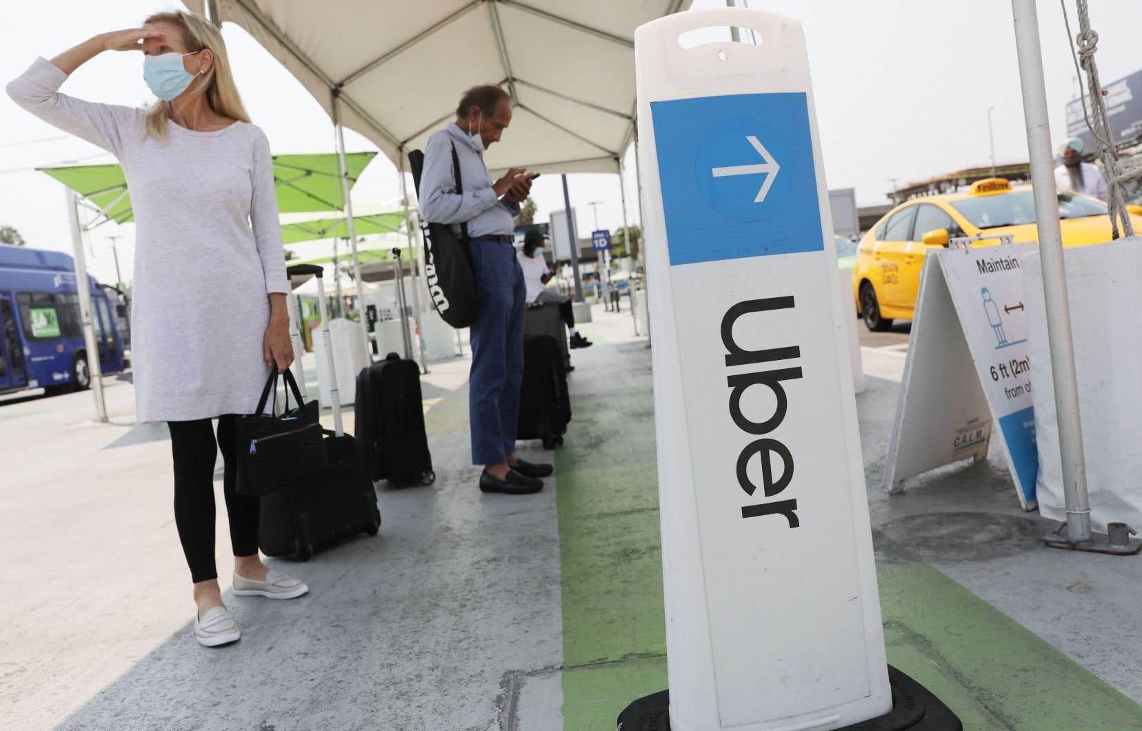 Uber et Lyft refusent d'appliquer la loi de l'État et d'accorder des avantages sociaux à leurs chauffeurs.