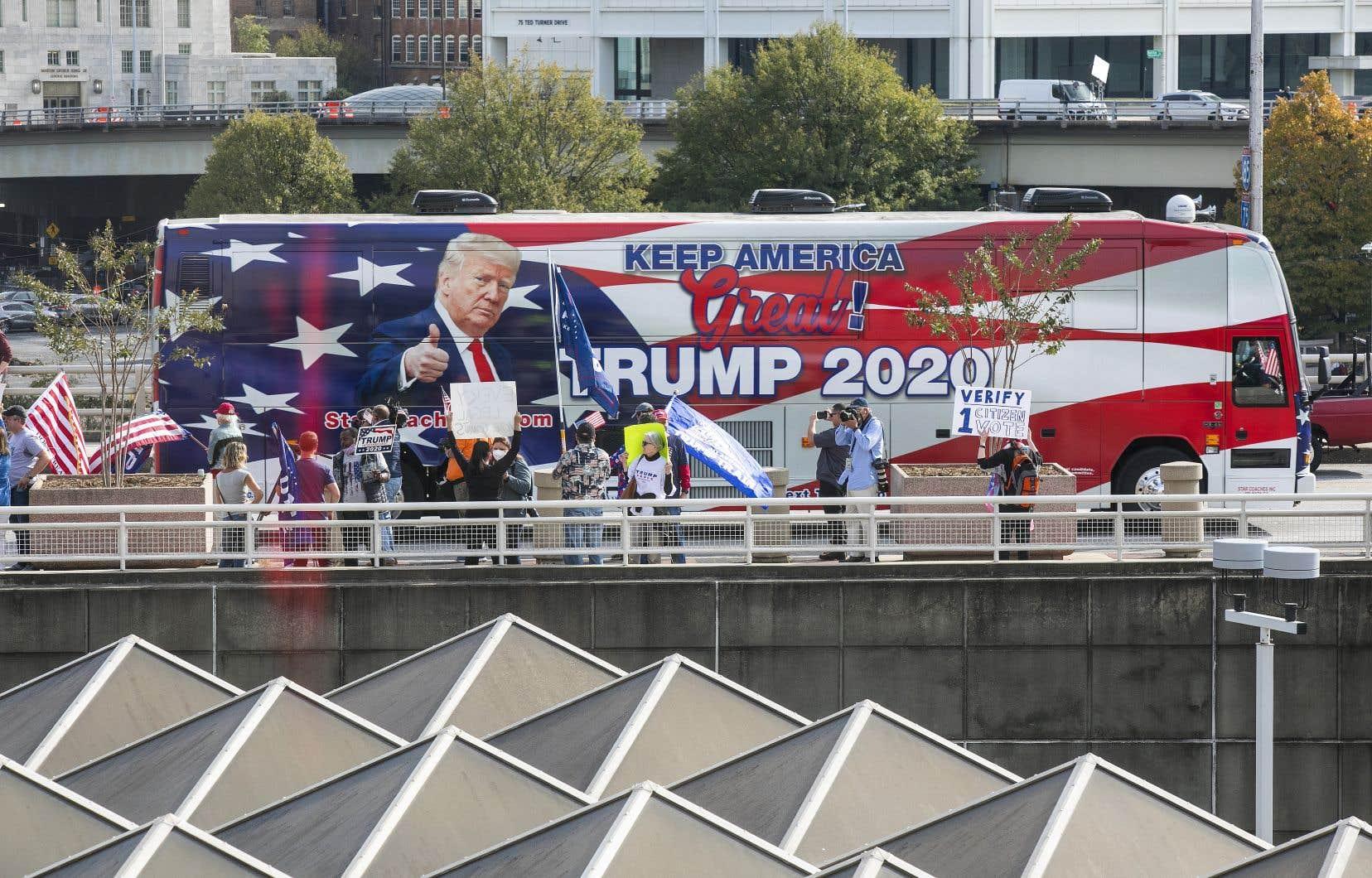 Tous les regards demeurent tournés vers le State Farm Arena, à Atlanta, un des plus grands centres de traitement des bulletins de vote de Géorgie, comme en témoigne la présence de ces manifestants pro-Trump.