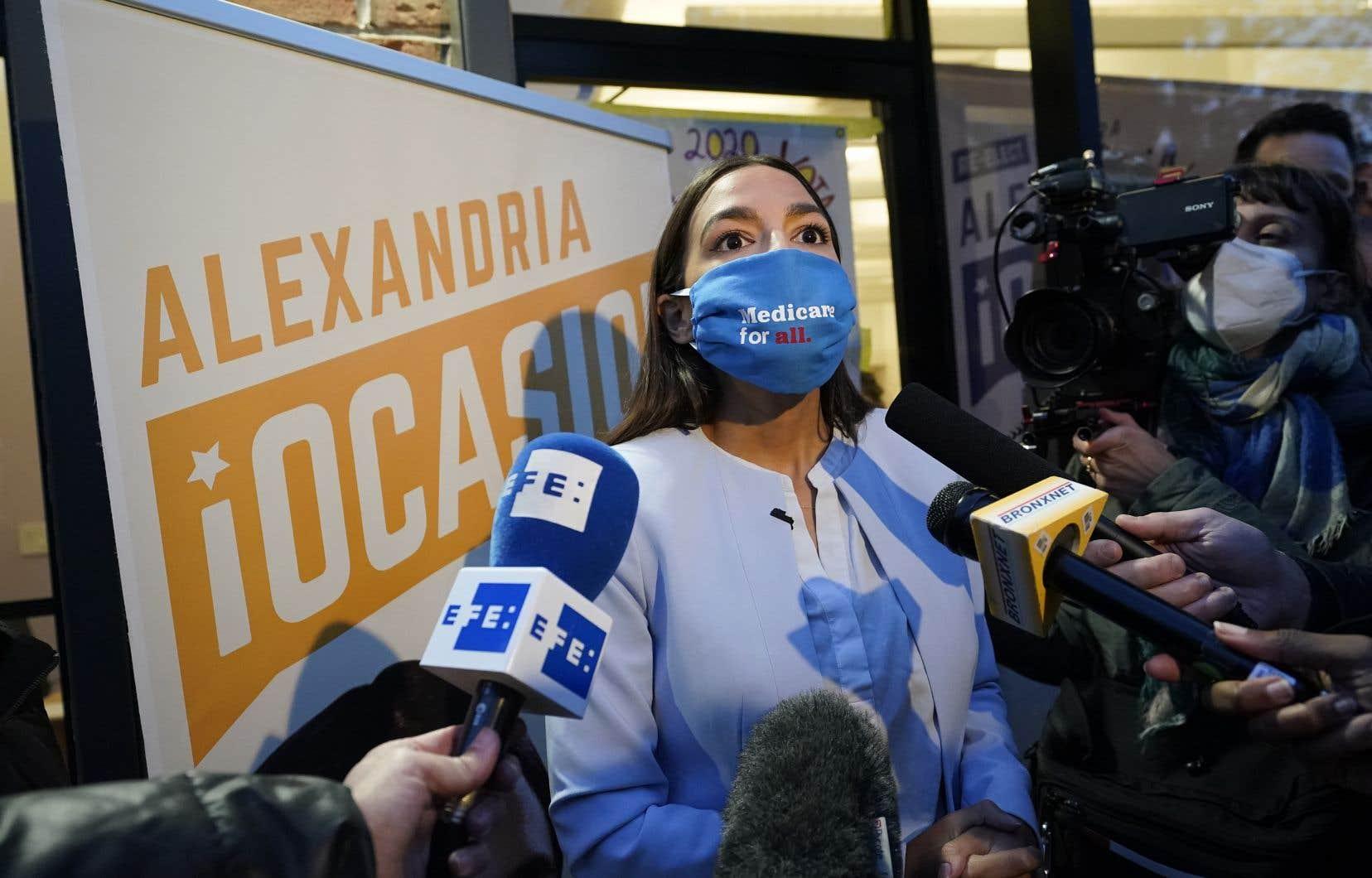 De parents d'origine portoricaine, la démocrate Alexandria Ocasio-Cortez, souvent appelée par ses seules initiales AOC, est devenue la plus jeune parlementaire jamais élue au Congrès américain.