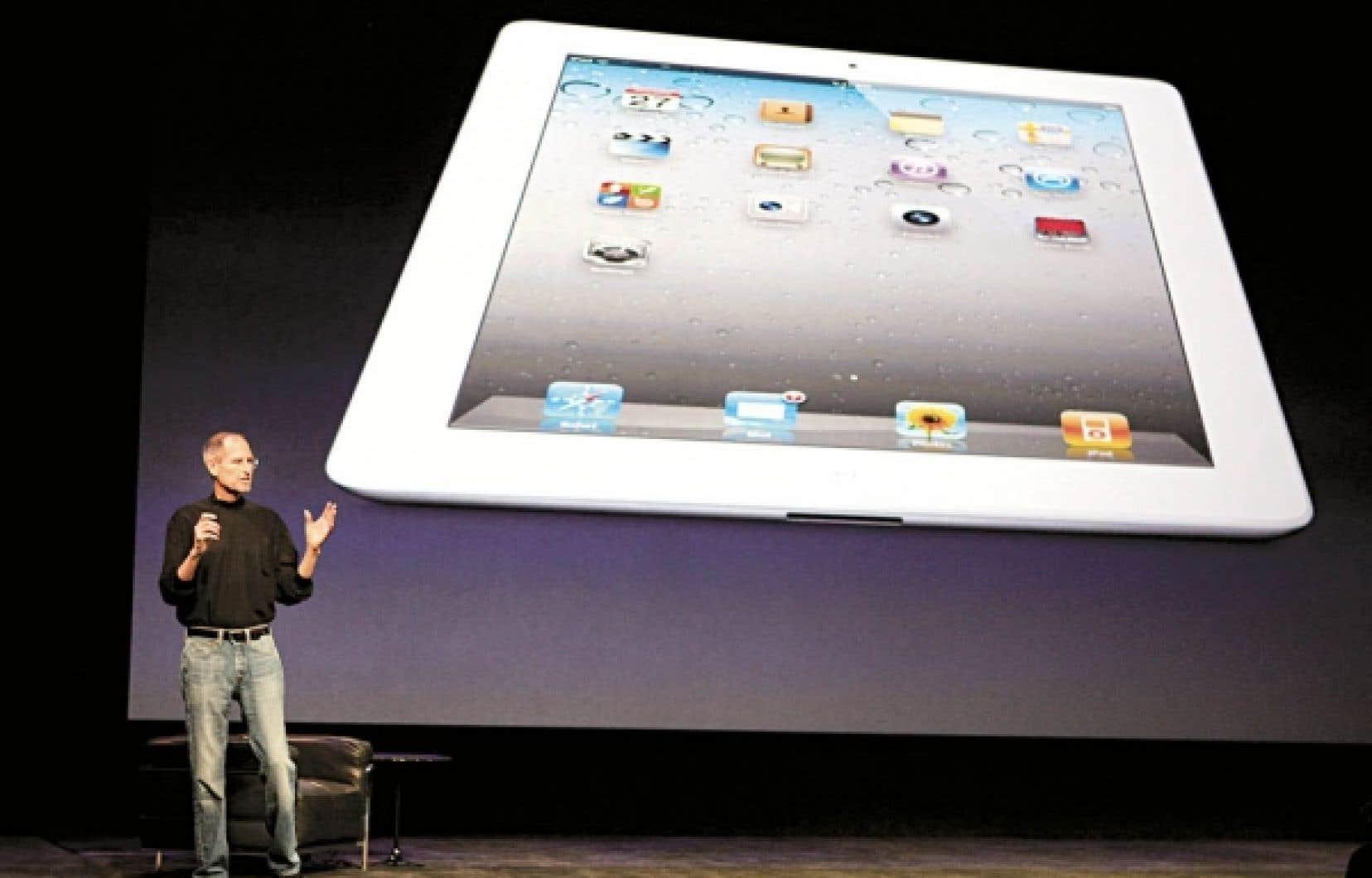 Steve Jobs a été accueilli par une ovation debout, lui qui est en congé de maladie. «Cela fait pas mal de temps que nous travaillions sur ce produit et je ne voulais pas manquer une journée formidable», a-t-il dit en guise d'introduction, au moment de présenter la deuxième version de l'iPad d'Apple.