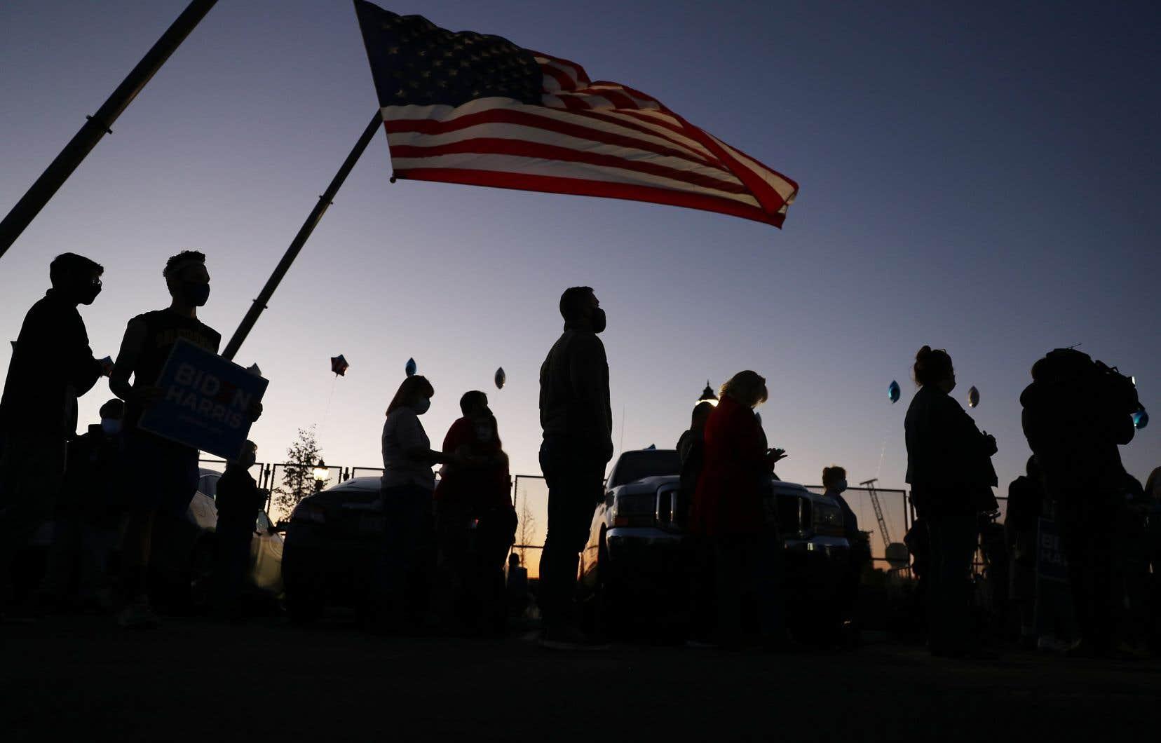À Wilmington, au Delaware, des partisans démocrates s'étaient réunis dans le stationnement du Chase Center, vendredi, afin de voir et d'entendre leur candidat, Joe Biden, en avance, mais toujours pas élu.