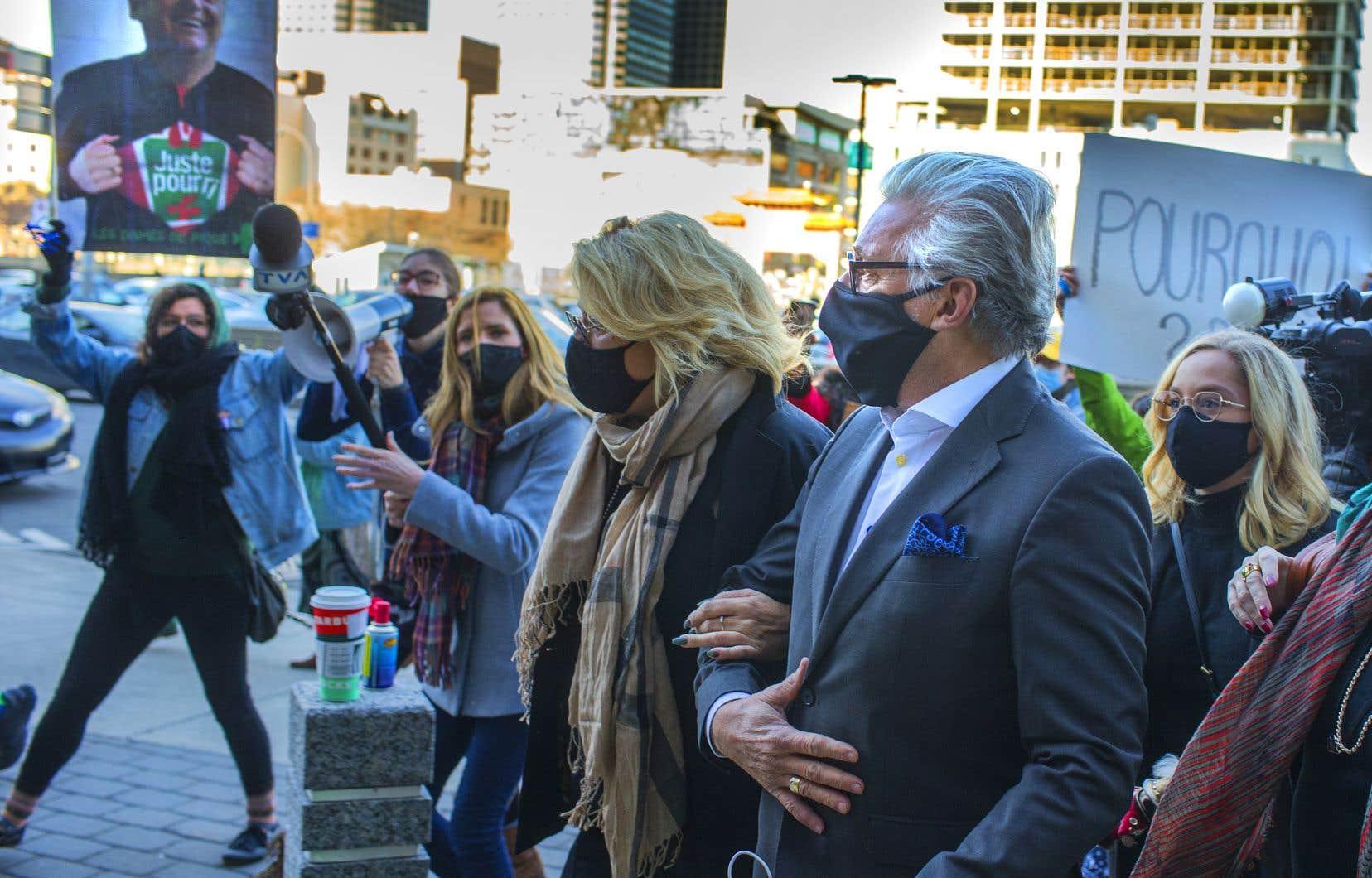 Le producteur déchu a été accueilli au palais de justice de Montréal par quelques dizaines de manifestantes.