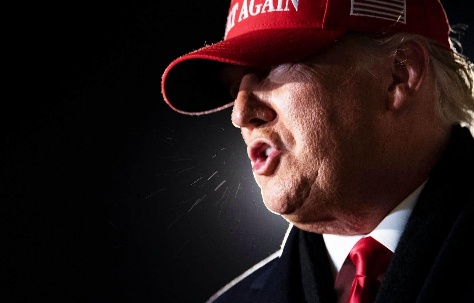 «Dans son délire mégalomane, Trump croit, pour y avoir fait nommer trois juges, que la Cour suprême des États-Unis est à sa botte et que le plus haut tribunal du pays accueillera sans hésiter sa requête farfelue visant à faire annuler le vote du 3 novembre», mentionne l'auteur.
