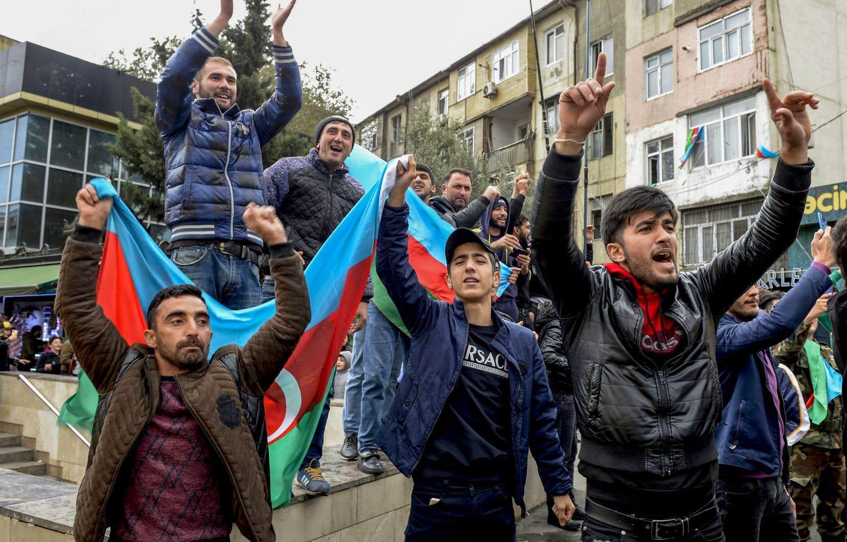 À Bakou, de nombreux Azerbaïdjanais sont sortis dans les rues à l'annonce de la prise de la ville, brandissant des drapeaux de leur pays et faisant résonner les klaxons.