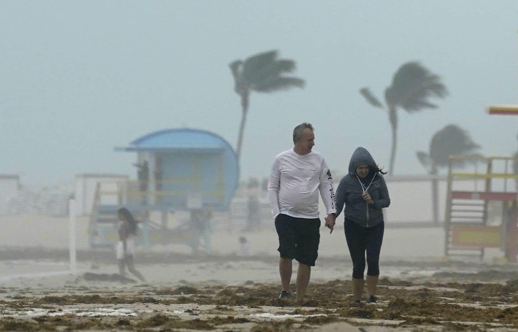 La tempête  tropicale se  faisait déjà  sentir dimanche soir à Miami Beach. Les  écoles seront fermées lundi dans les Keys, où l'état  d'urgence a  été déclaré.