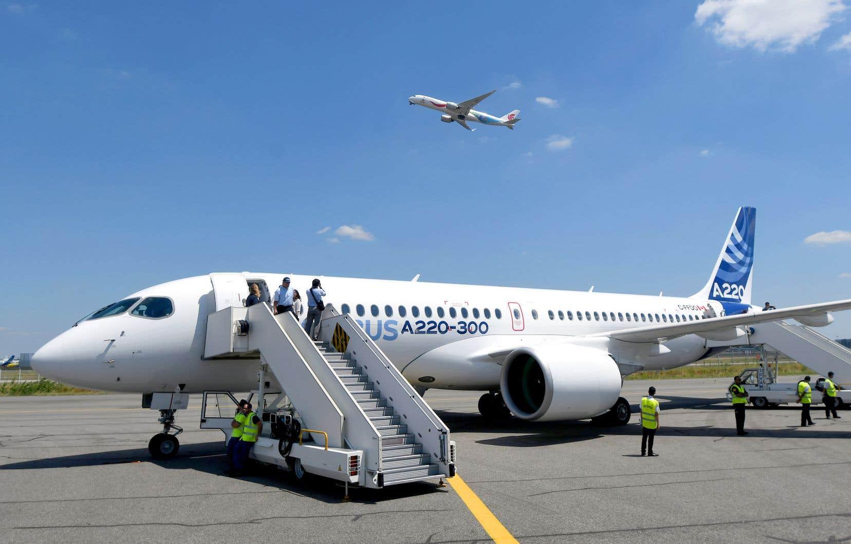 Air Canada, qui a dévoilé lundi une perte nette de 685 millions au troisième trimestre, retirera 12 appareils A220-300 de son carnet, soit environ le quart de la commande ferme passée au printemps 2016.