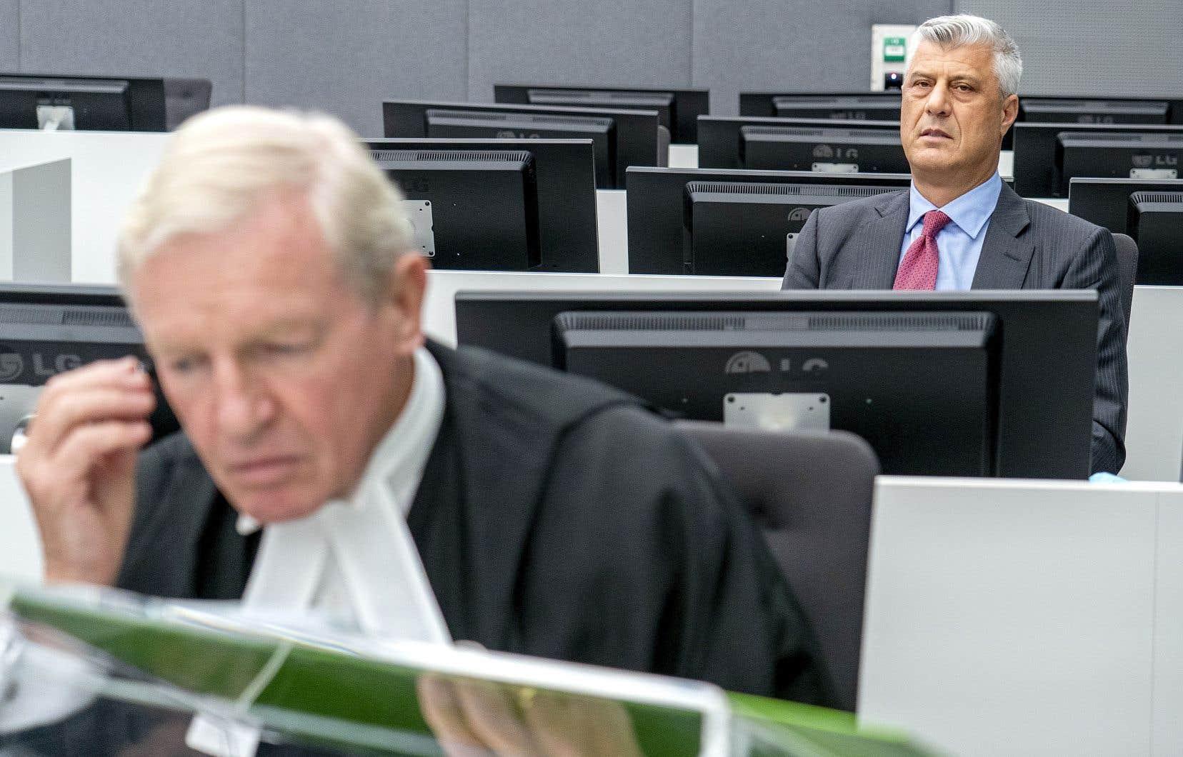 L'ex-président du Kosovo Hashim Thaçi (derrière), accompagné de son avocat, David Hooper, lors de sa première comparution, lundi, devant un tribunal spécial de La Haye