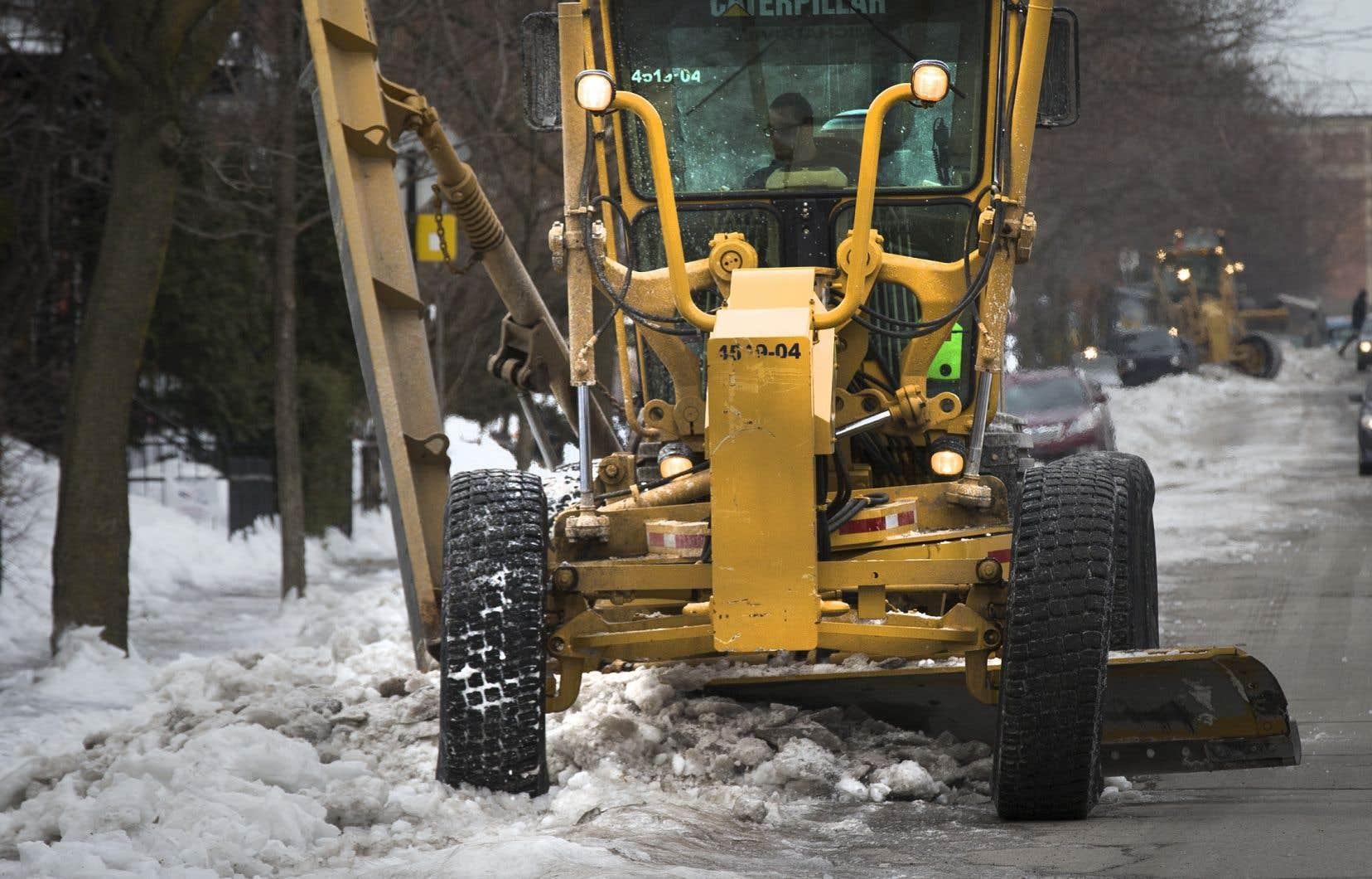 La pandémie de COVID-19 et le réchauffement climatique vont compliquer les opérations de déneigement cette année, selon l'administration Plante.
