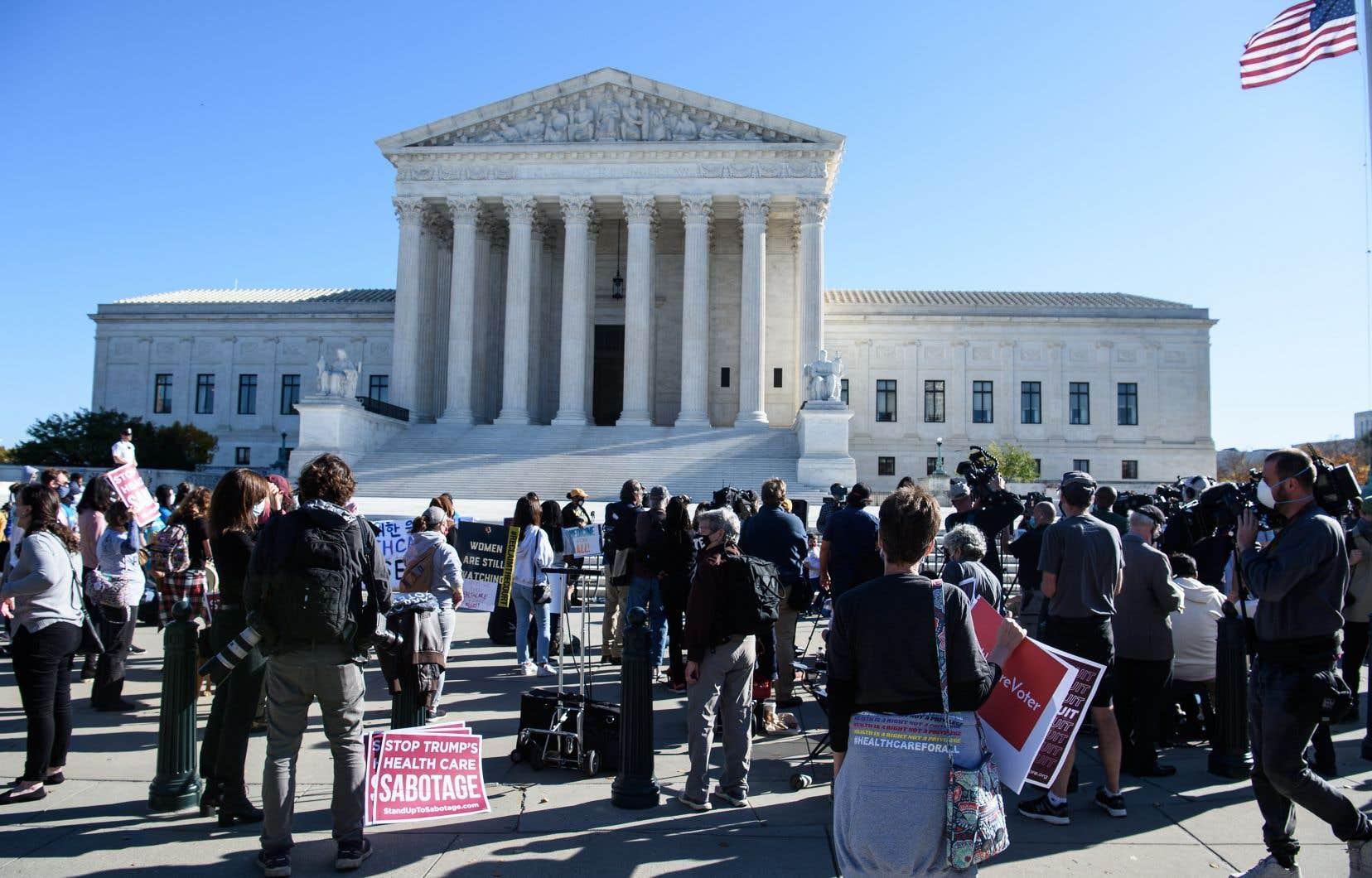 Mardi matin, des manifestants se sont rassemblés devant la Cour à Washington pour lui demander de préserver la couverture maladie prévue par l'Affordable Care Act.