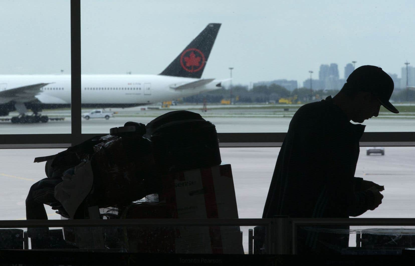 Le gouvernement n'a encore conclu aucune entente d'aide financière avec les transporteurs aériens, mais les voyageurs mécontents d'avoir reçu des crédits au lieu d'une remise en argent semblent surveiller la situation de près.
