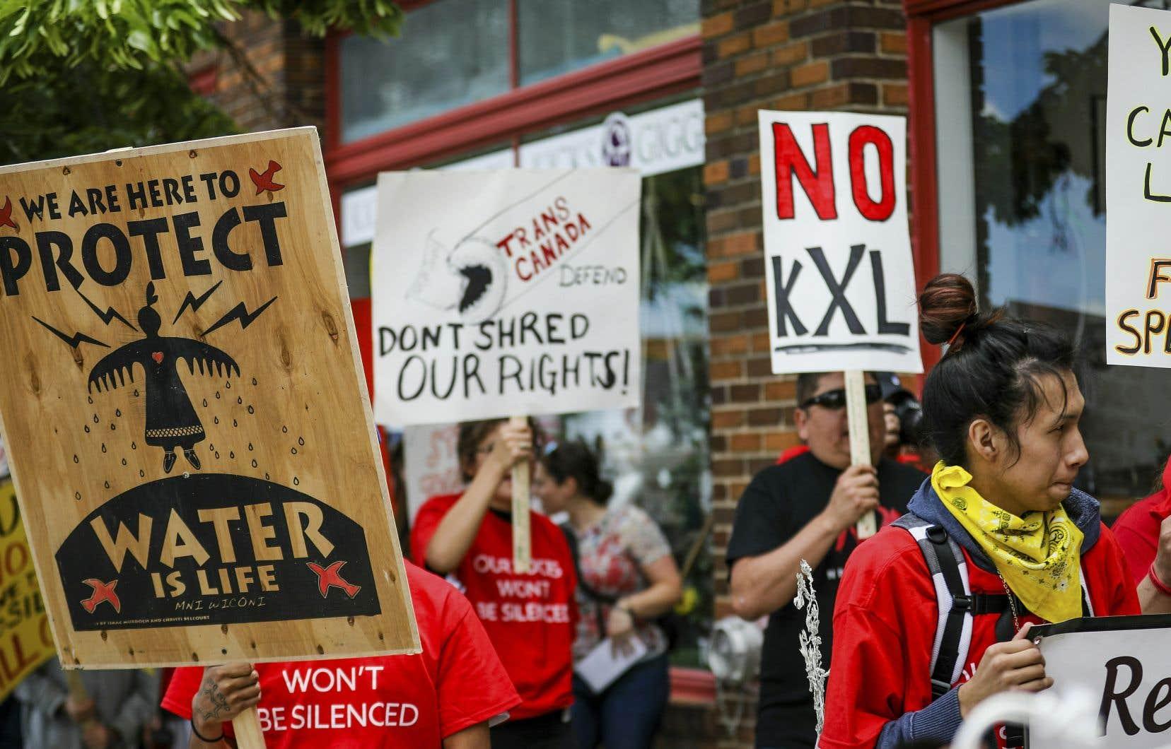 Plusieurs contestations du projet de pipeline de TC Energy, qui doit permettre de transporter chaque année 300millions de barils de pétrole de l'Alberta jusqu'au Texas, ont eu lieu aux États-Unis. Au cours de la campagne présidentielle, Joe Biden s'est engagé à le stopper.
