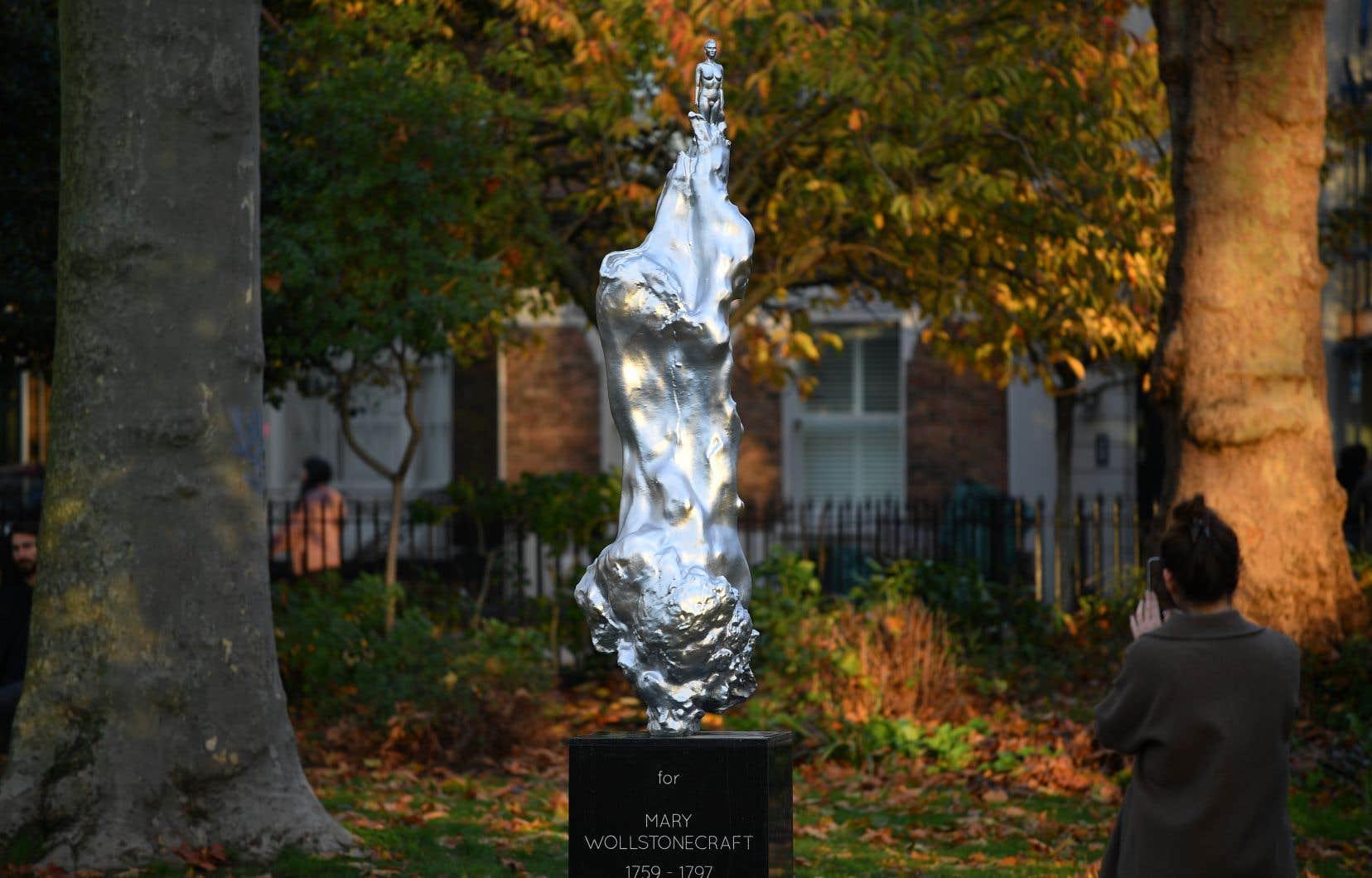 Créée par l'artiste Maggi Hambling, l'œuvre représente une jeune femme nue sculptée en haut d'une gigantesque masse de bronze argentée prenant la forme d'un tourbillon de formes féminines.