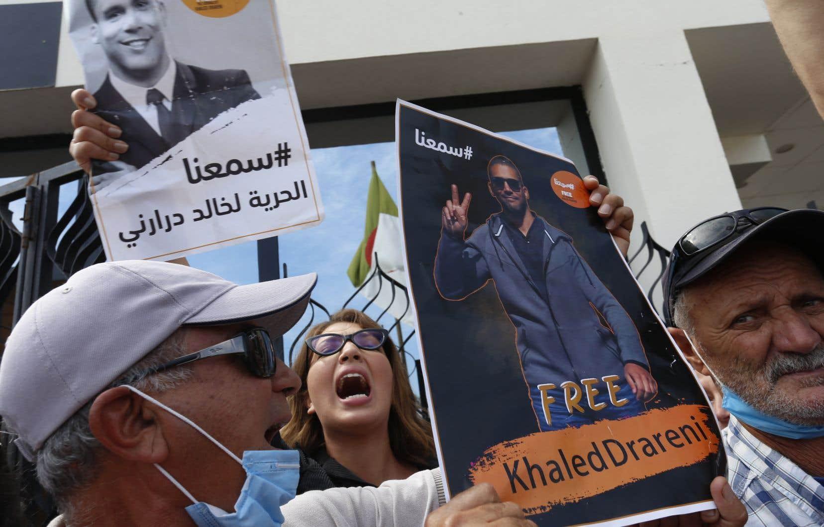 «Le soulèvement pacifique, mieux connu sous le nom du Hirak, est caractérisé par une mobilisation militante et citoyenne inédite, irréductible aux manifestations, et face à laquelle les seules réponses du régime algérien sont la répression et l'incarcération arbitraire», écrivent les signataires.