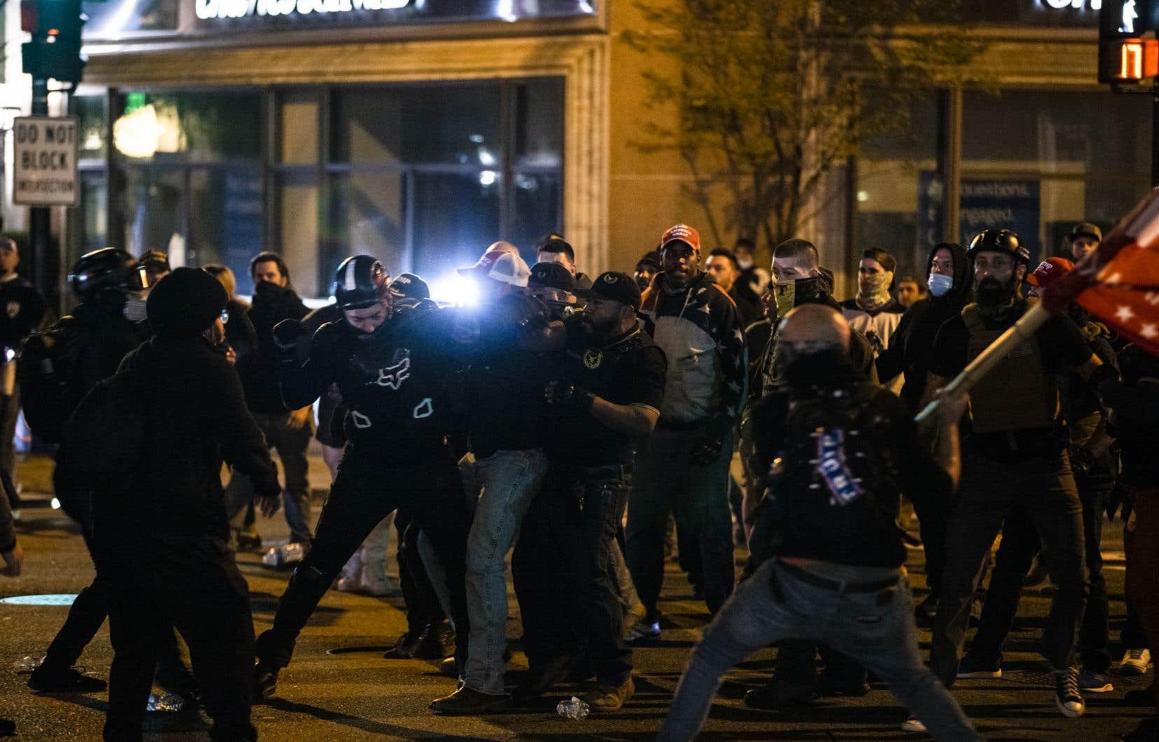 Des heurts entre partisans de M.Trump mécontents des résultats de l'élection présidentielle, contre-manifestants et policiers ont eu lieu dans la nuit de samedi à dimanche à Washington.