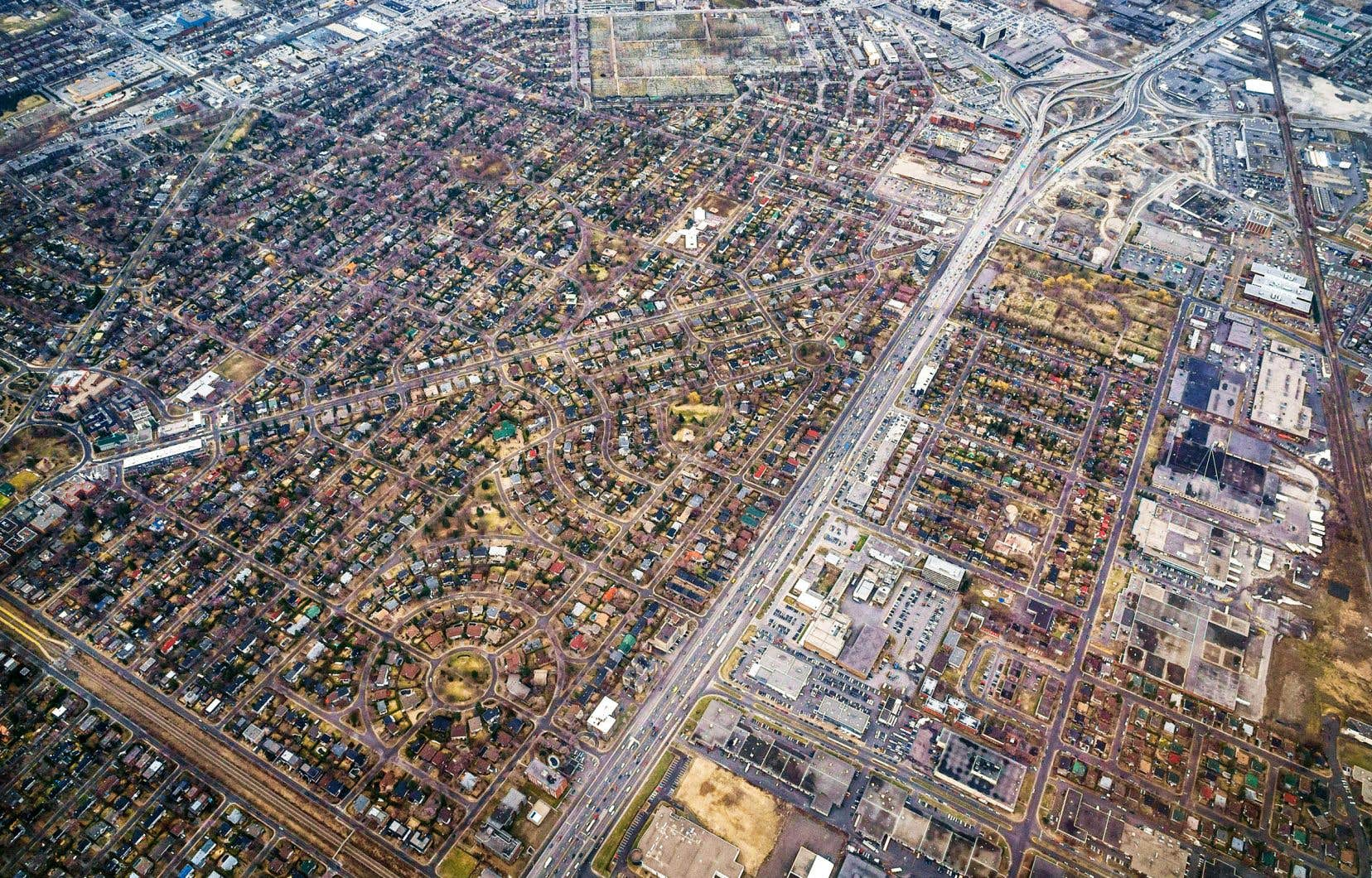 Au printemps dernier, dans l'urgence, la Ville de Montréal a aménagé des corridors, qu'elle a baptisés les voies actives sécuritaires, afin de faciliter les déplacements des piétons. Les trottoirs ont été élargis, empiétant sur la chaussée, et des artères commerciales ont été fermées à la circulation automobile. L'espace d'un été, les piétons sont devenus rois dans certains secteurs de la métropole.