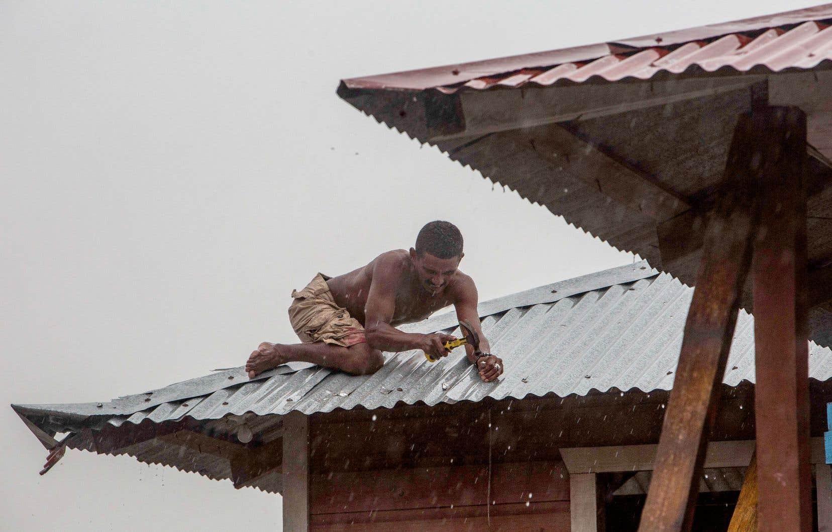 À Bilwi, au Nicaragua, ville portuaire de plus de 40 000 habitants, beaucoup se sont efforcés dimanche et lundi de renforcer les toits de leurs frêles maisons de bois.