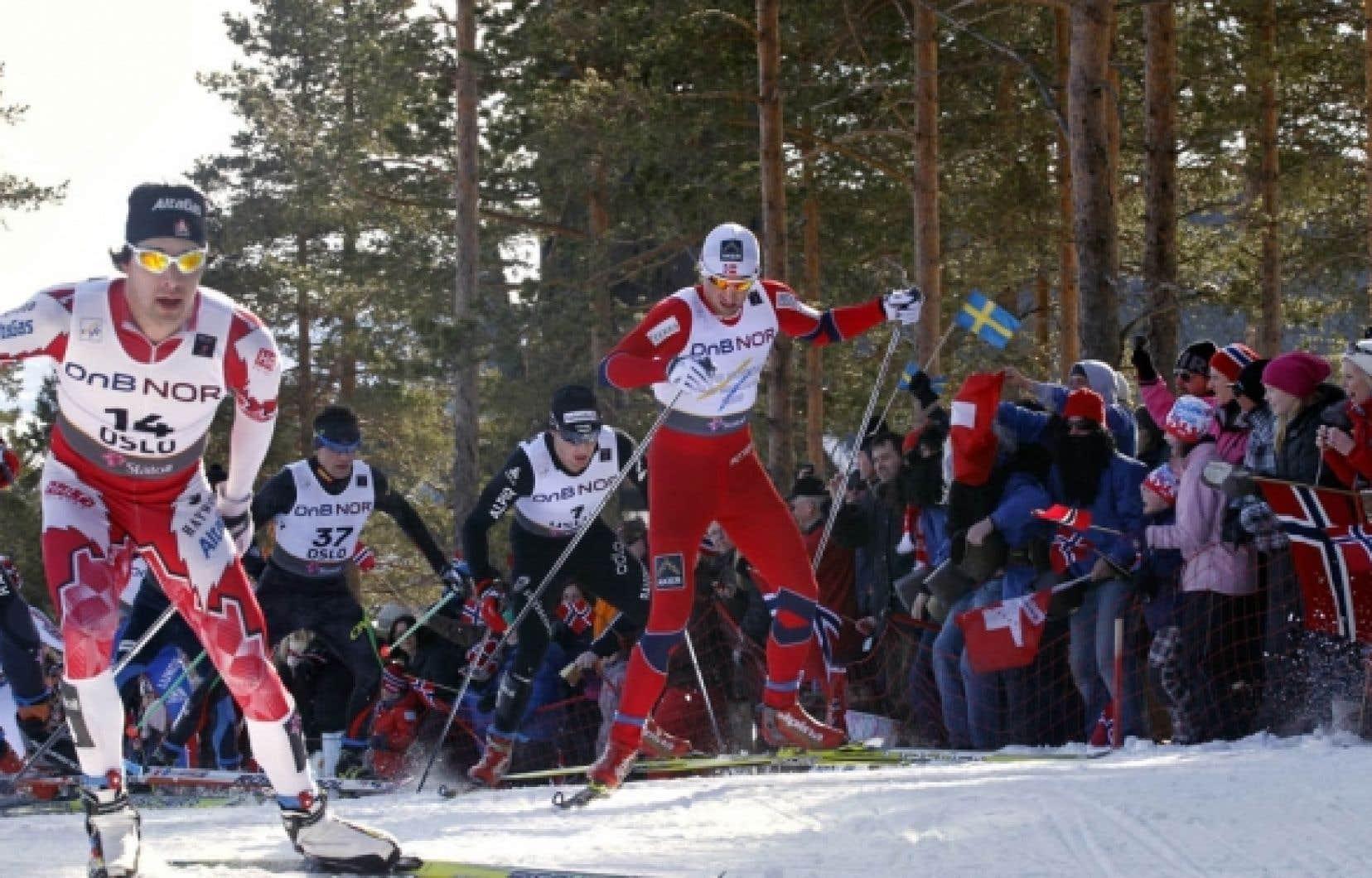 Alex Harvey (gauche) a franchi l'arrivée 8,2 secondes après le vainqueur norvégien Petter Northug.<br />
