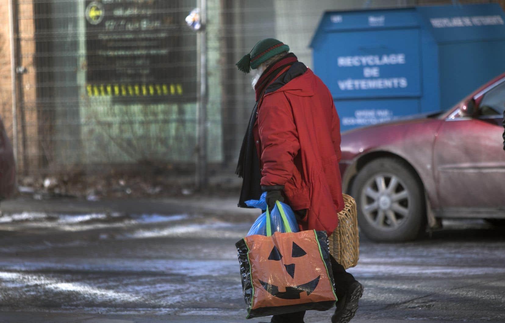 La pandémie  a mis en lumière les enjeux  de pauvreté  et les effets  sociétaux  des salaires  souvent trop basdes travailleurs  essentiels.
