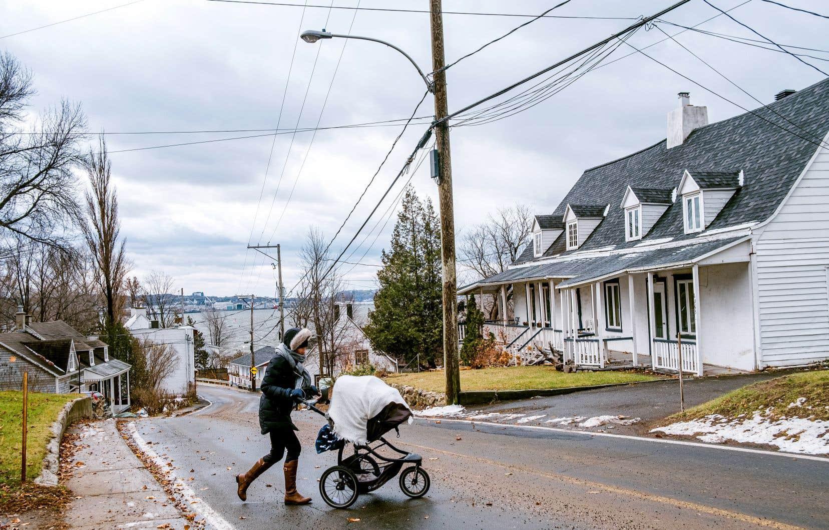 Contrairement à Sainte-Pétronille (sur la photo), les municipalités de Saint-Jean, de Saint-Pierre et de Sainte-Famille ont déjà enfoui une partie de leurs fils au cours des dix dernières années. Hydro subventionne toujours de tels projets, mais les villes héritent maintenant d'un fardeau financier plus important.