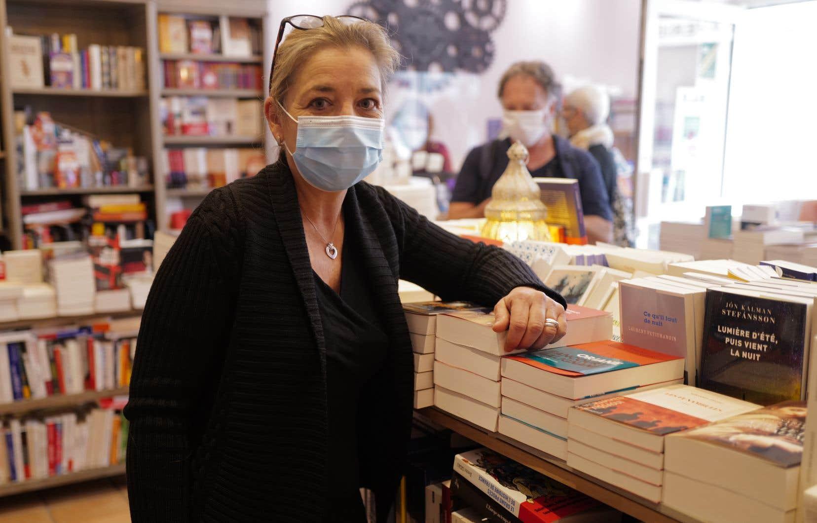 La propriétaire de la librairie Autour d'un livre, à Cannes, Florence Kammermann, a refusé de fermer boutique. Elle risque six mois de prison et 3500 euros d'amende.