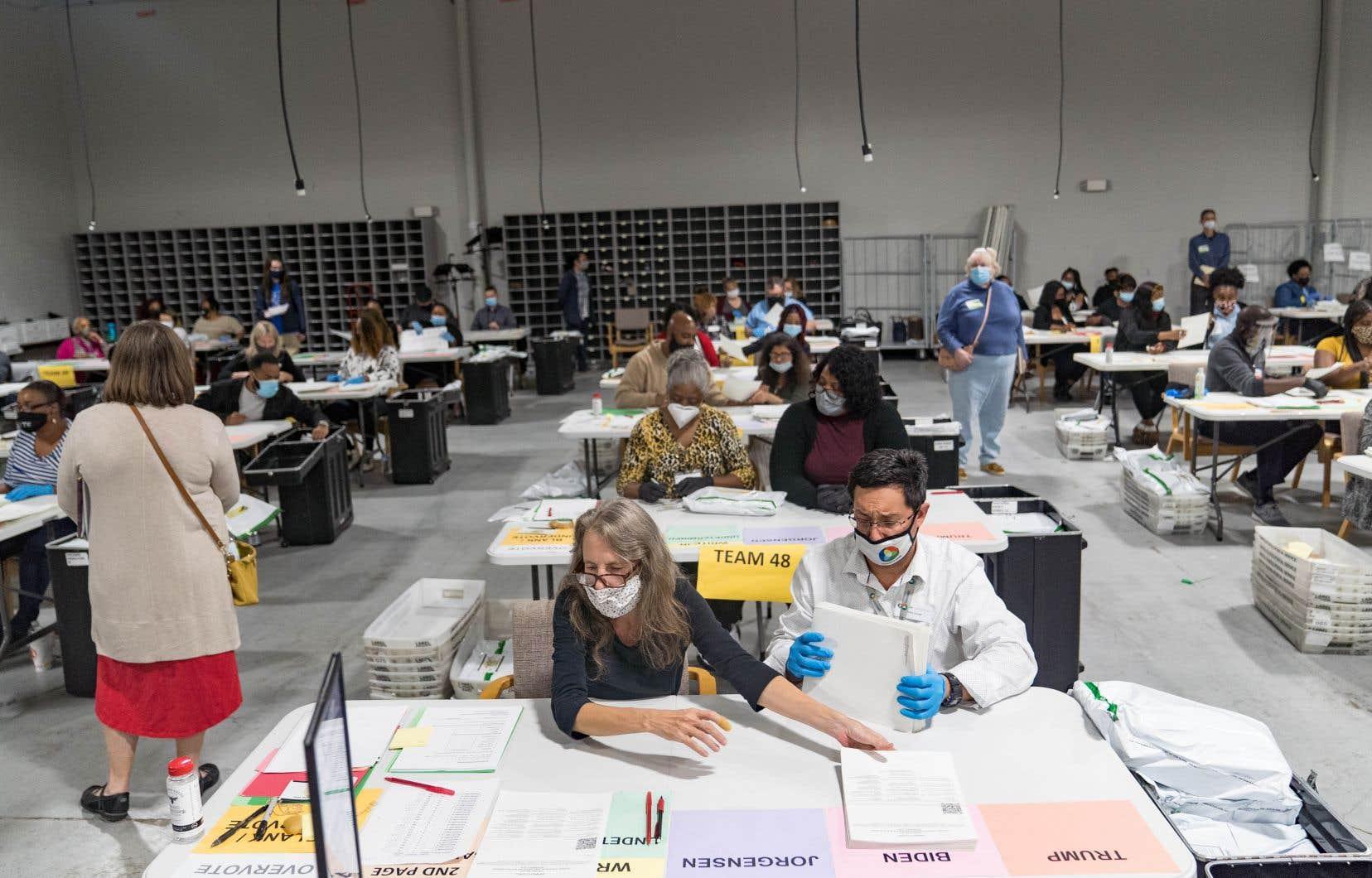 Des travailleurs électoraux du comté de Gwinnett, en banlieue d'Atlanta, pendant le second dépouillement des votes électoraux, qui doit se terminer mercredi