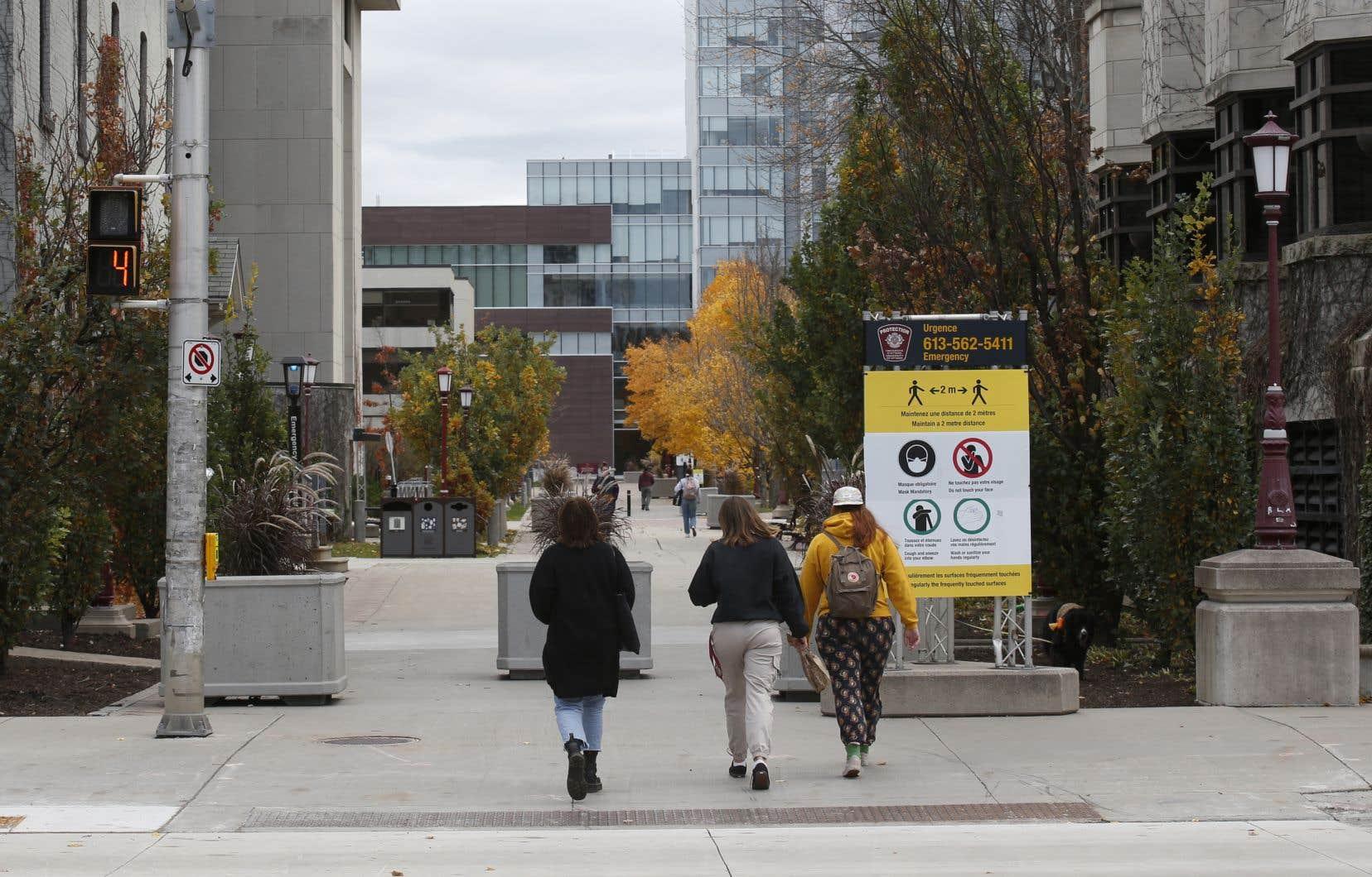 Certaines universités ont vu une baisse plus importante que d'autres du nombre d'étudiants internationaux inscrits pour le trimestre d'automne, par rapport à la même période l'année dernière.