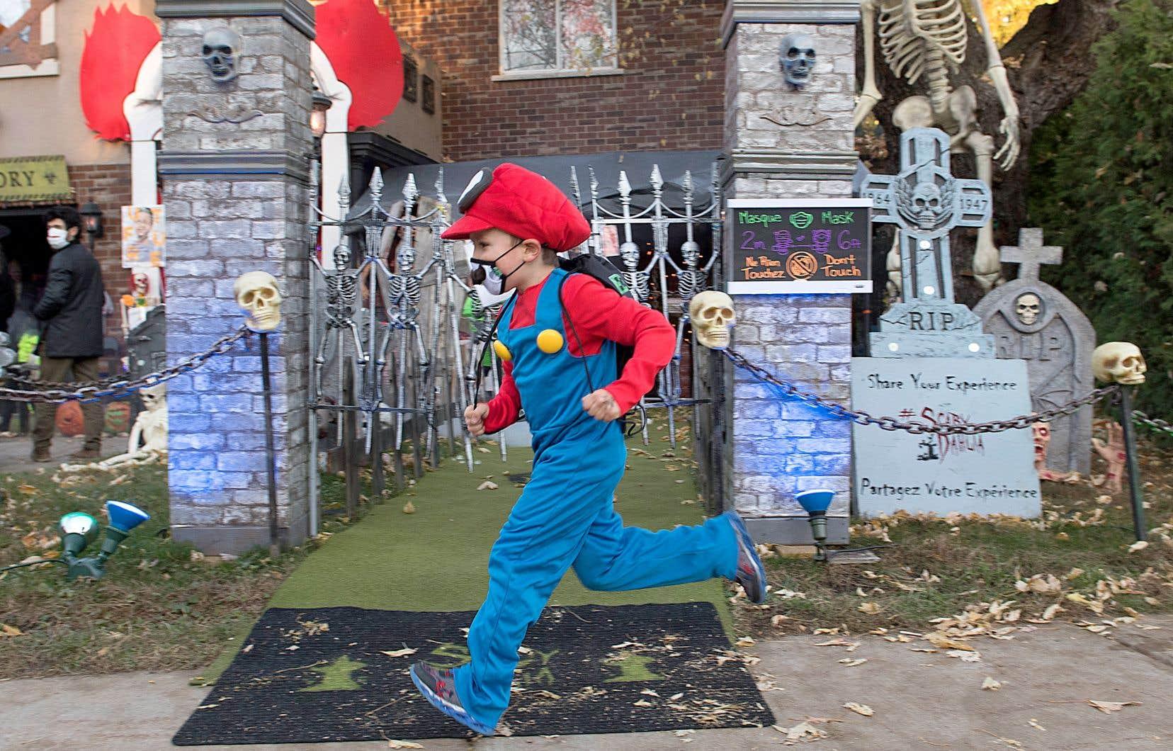 À Montréal, aucune éclosion liée à un événement de l'Halloween n'a été recensée, indique la Direction régionale de santé publique. Une augmentation significative des cas chez les 5 à 12 ans a toutefois été notée depuis le 1er novembre.