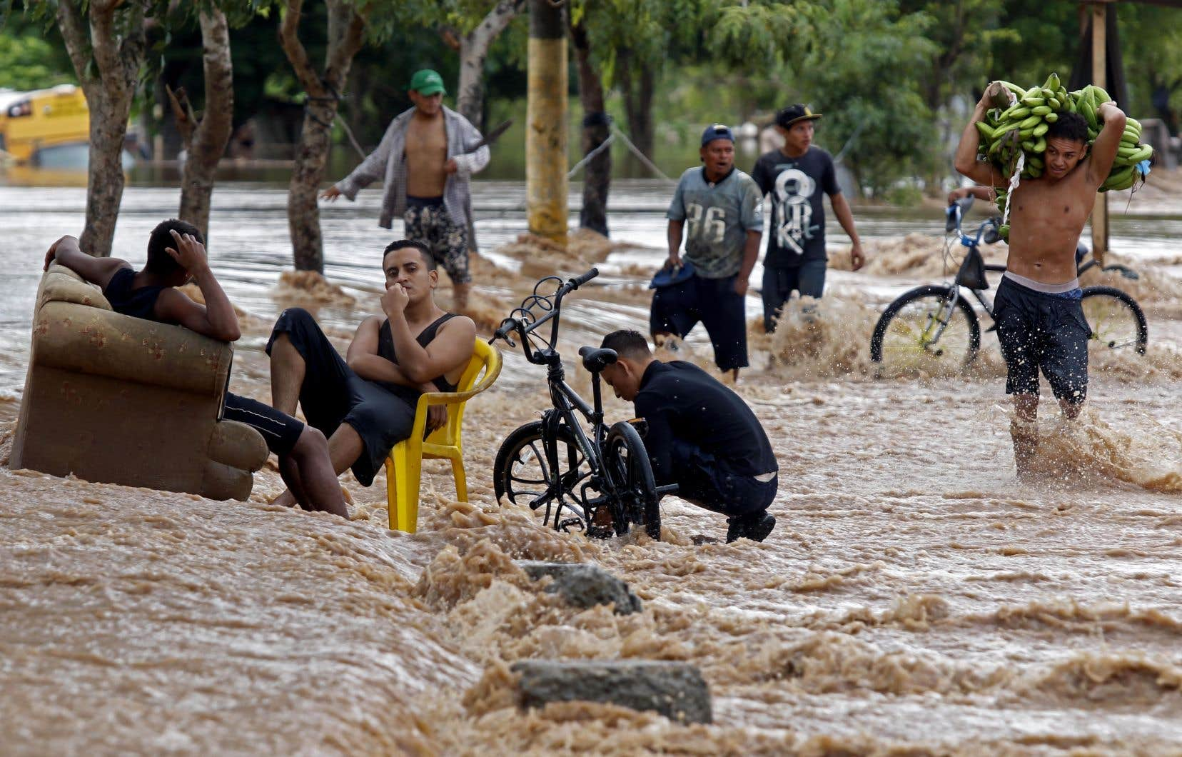 Selon le NHC, des inondations et des crues soudaines pourraient se poursuivre en Amérique centrale jusqu'à jeudi en raison des pluies torrentielles. Sur la photo, une rue de la ville hondurienne d'El Progreso mercredi